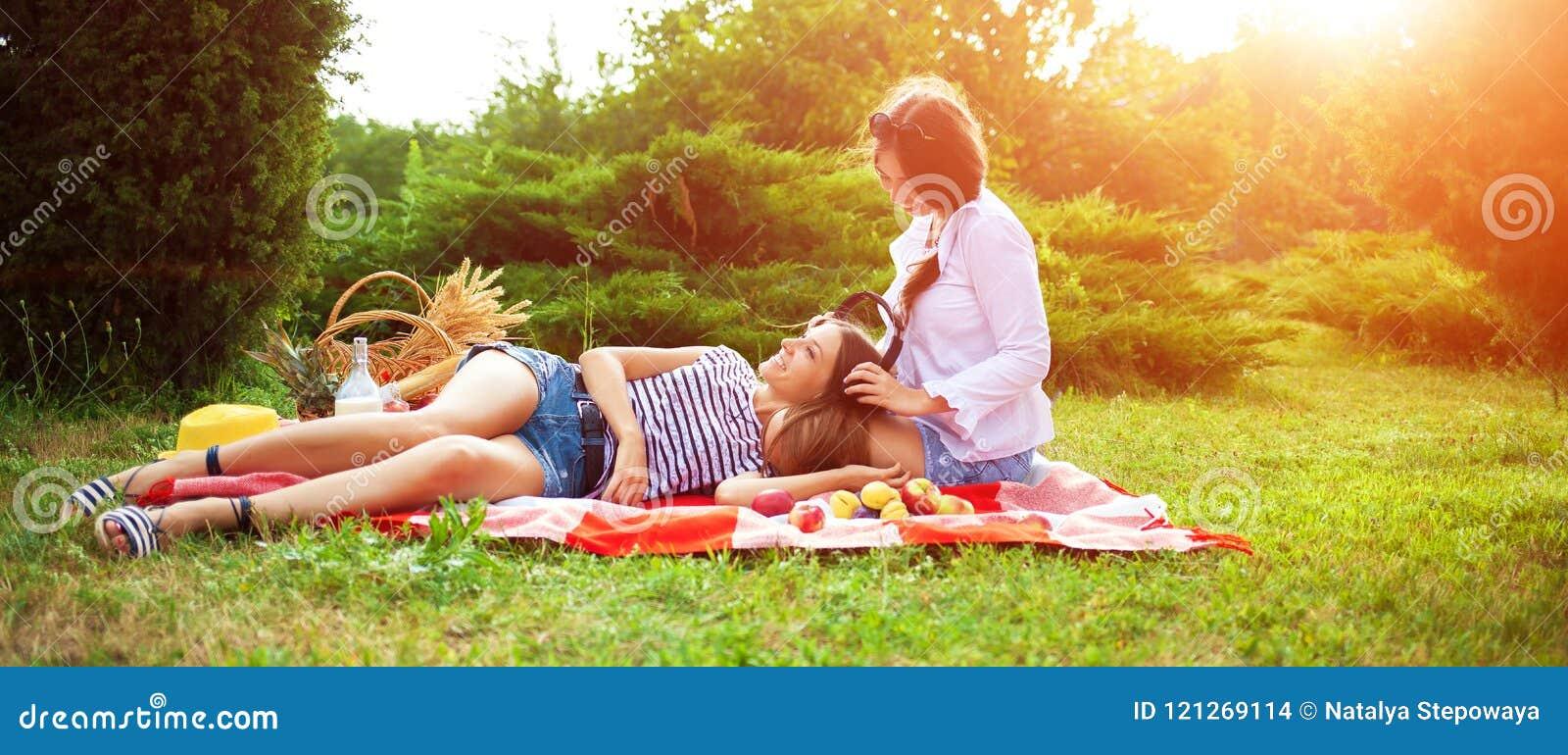 Самый огромный фото женщин на пикнике ноги порно