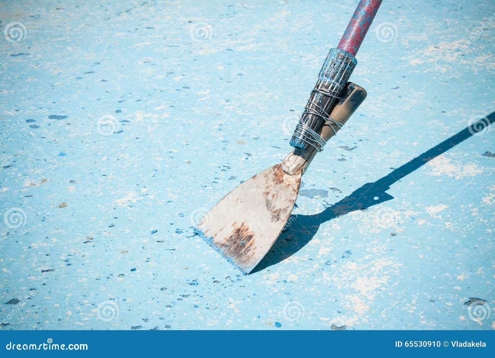 Красить огромный голубой бассейн Бассейн работника обслуживания