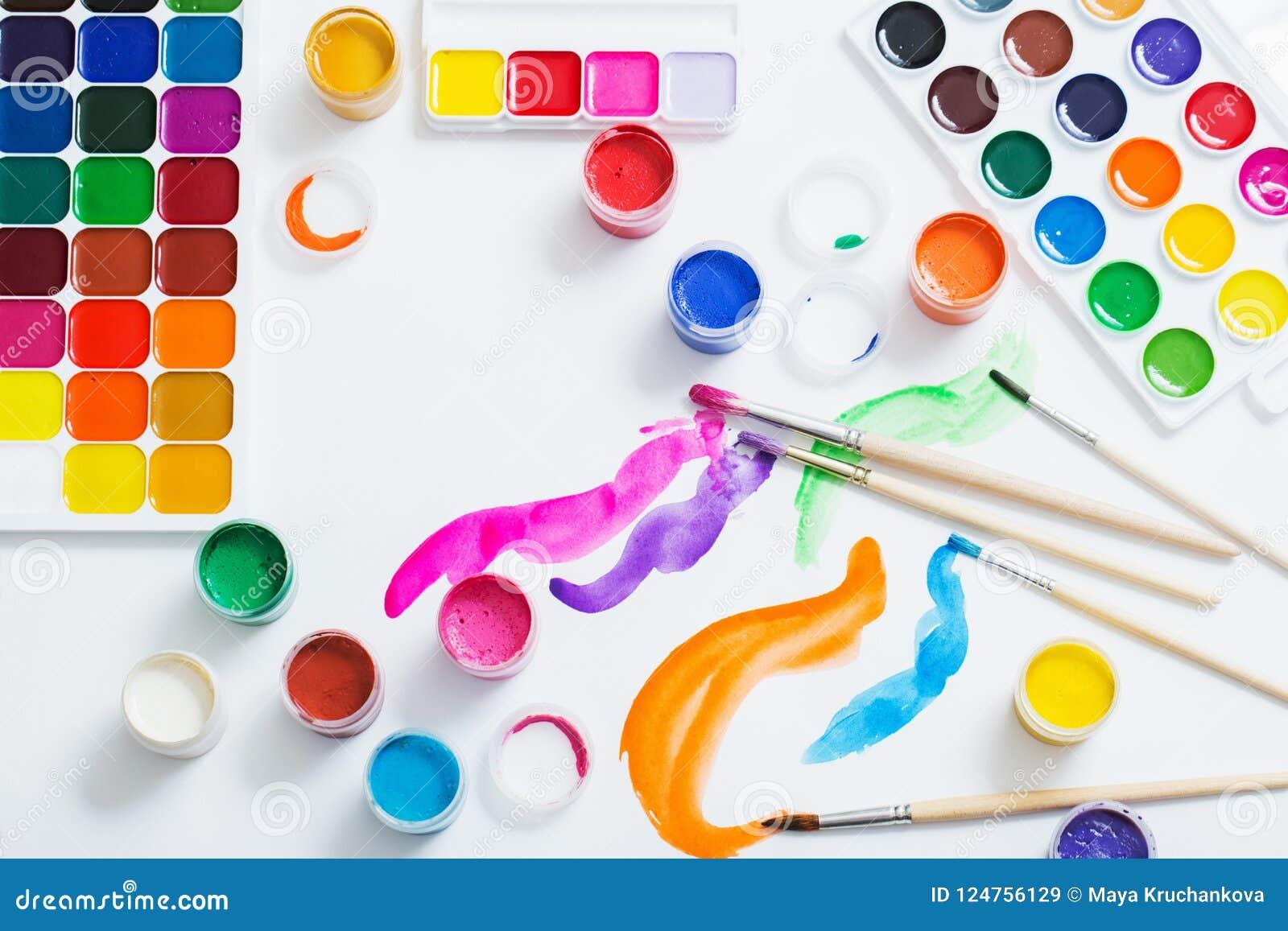 Краски и щетки на бумаге
