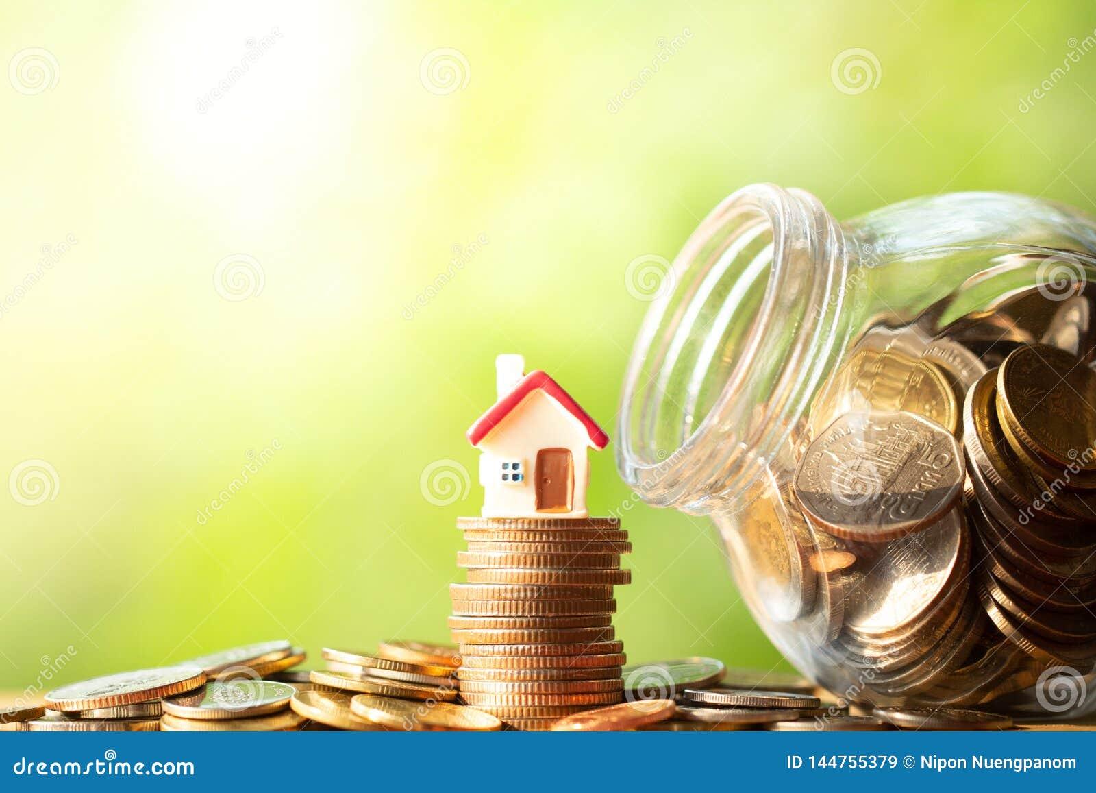 Красная диаграмма формы дома на стоге и куче монеток