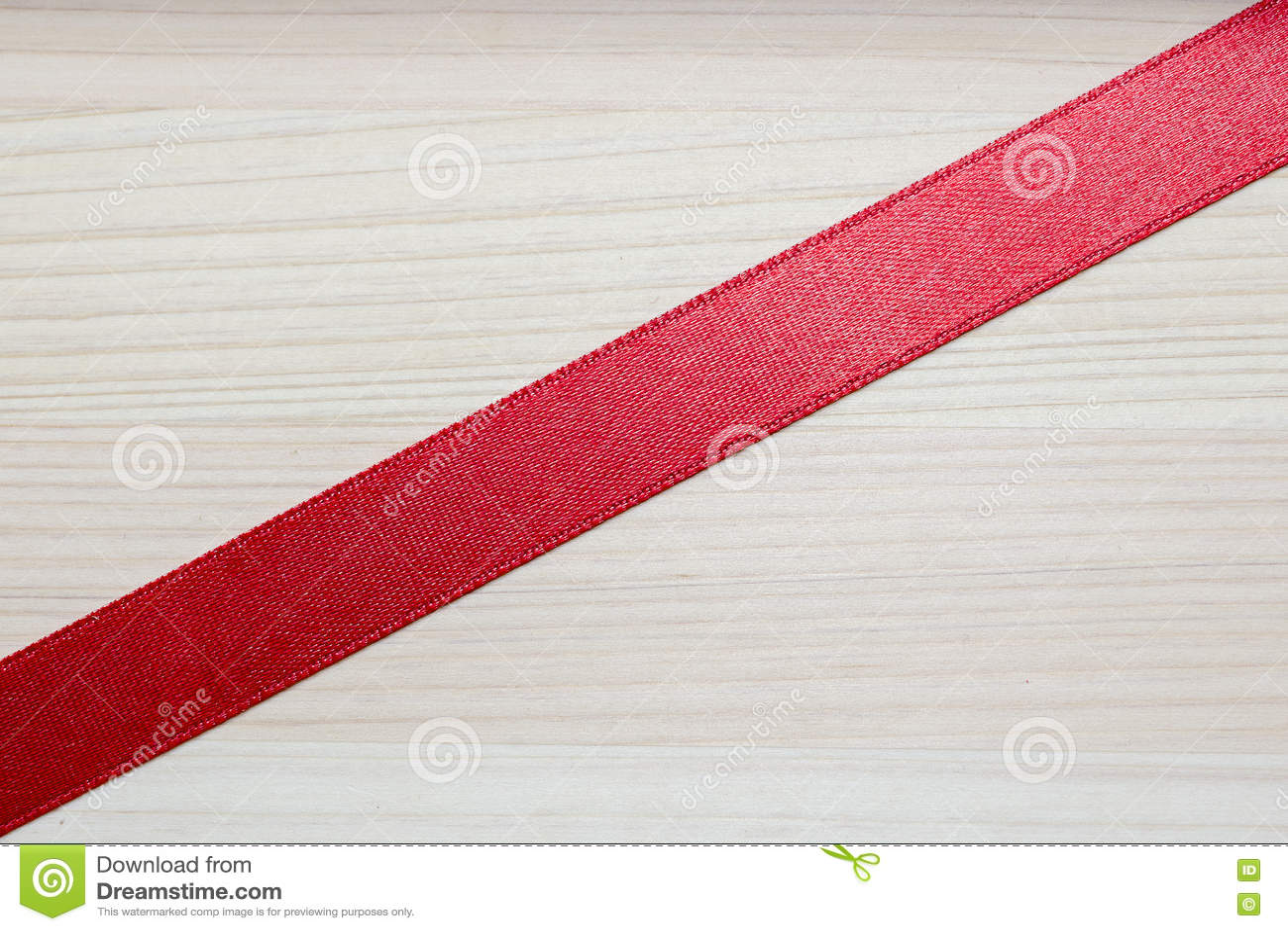 Красная лента на деревянной предпосылке