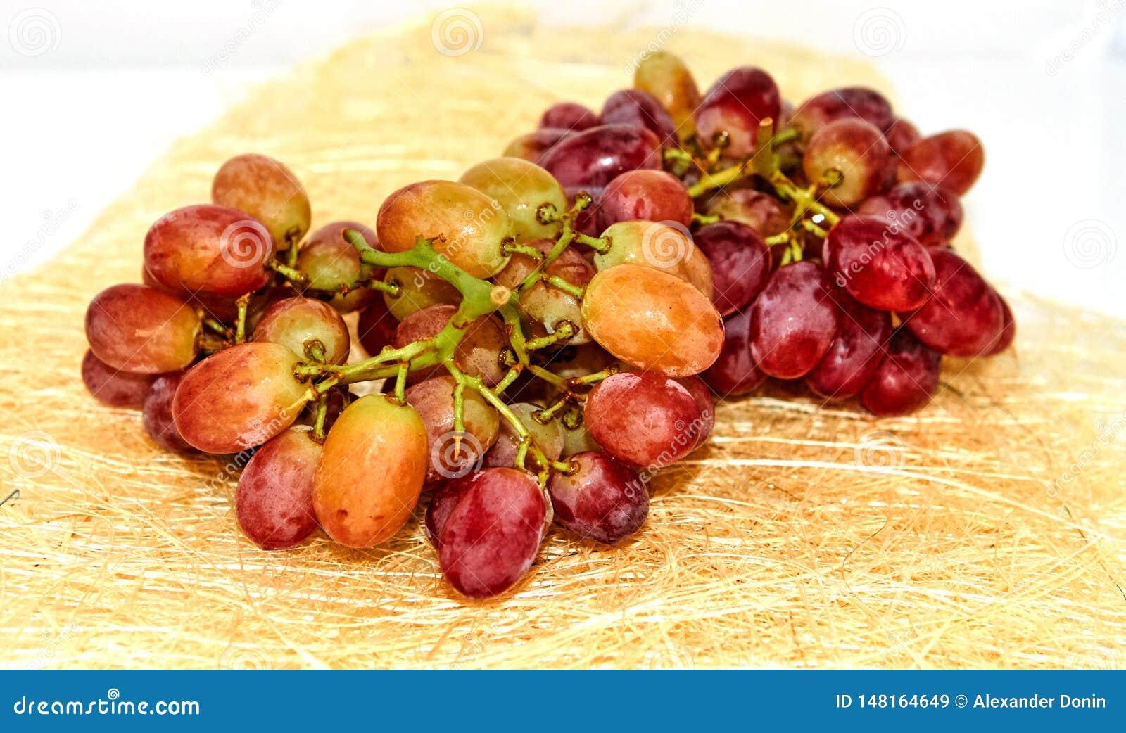 Красная желтая виноградина