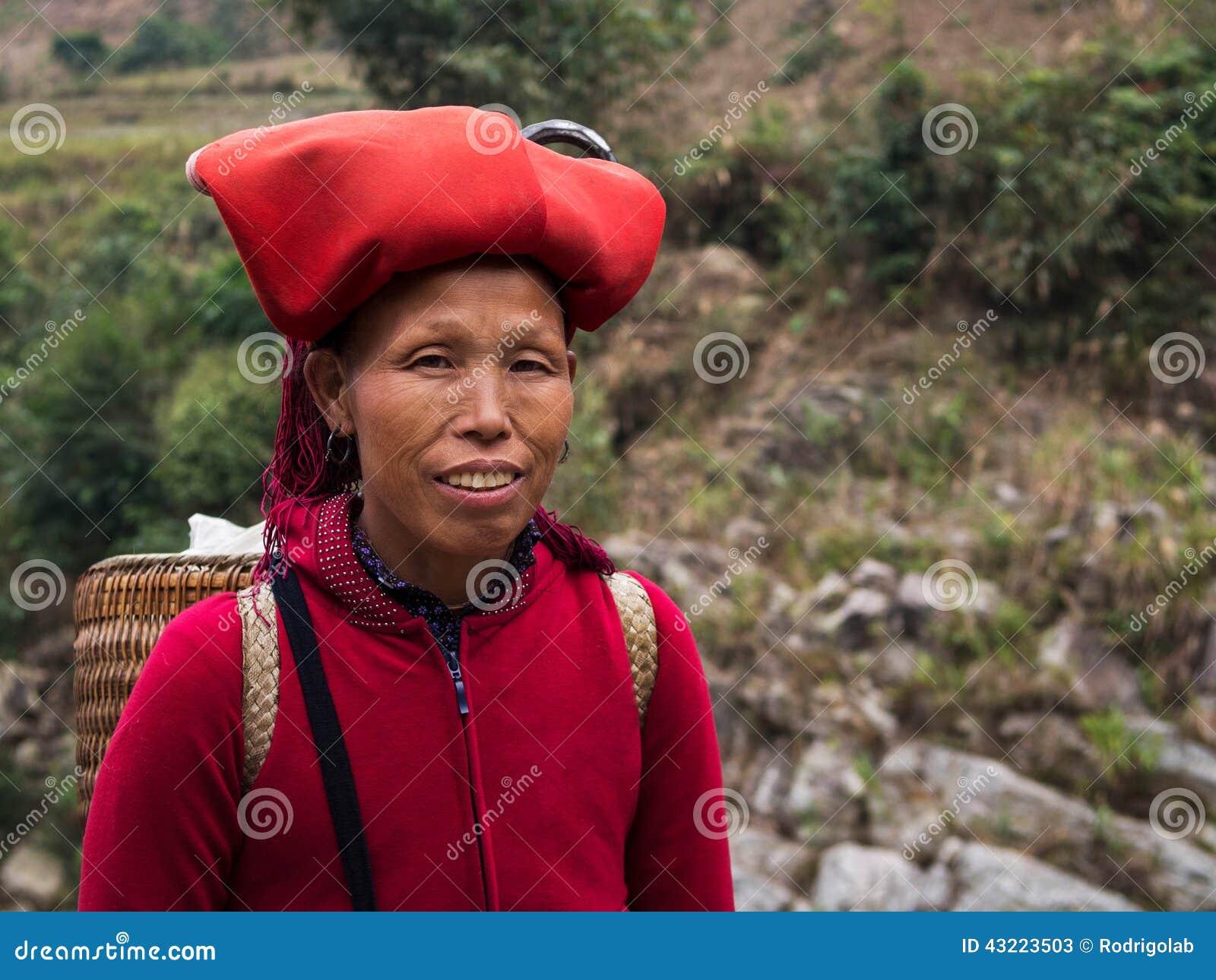 Красная женщина Dao нося традиционный головной убор, Sapa, Lao Cai, Viet