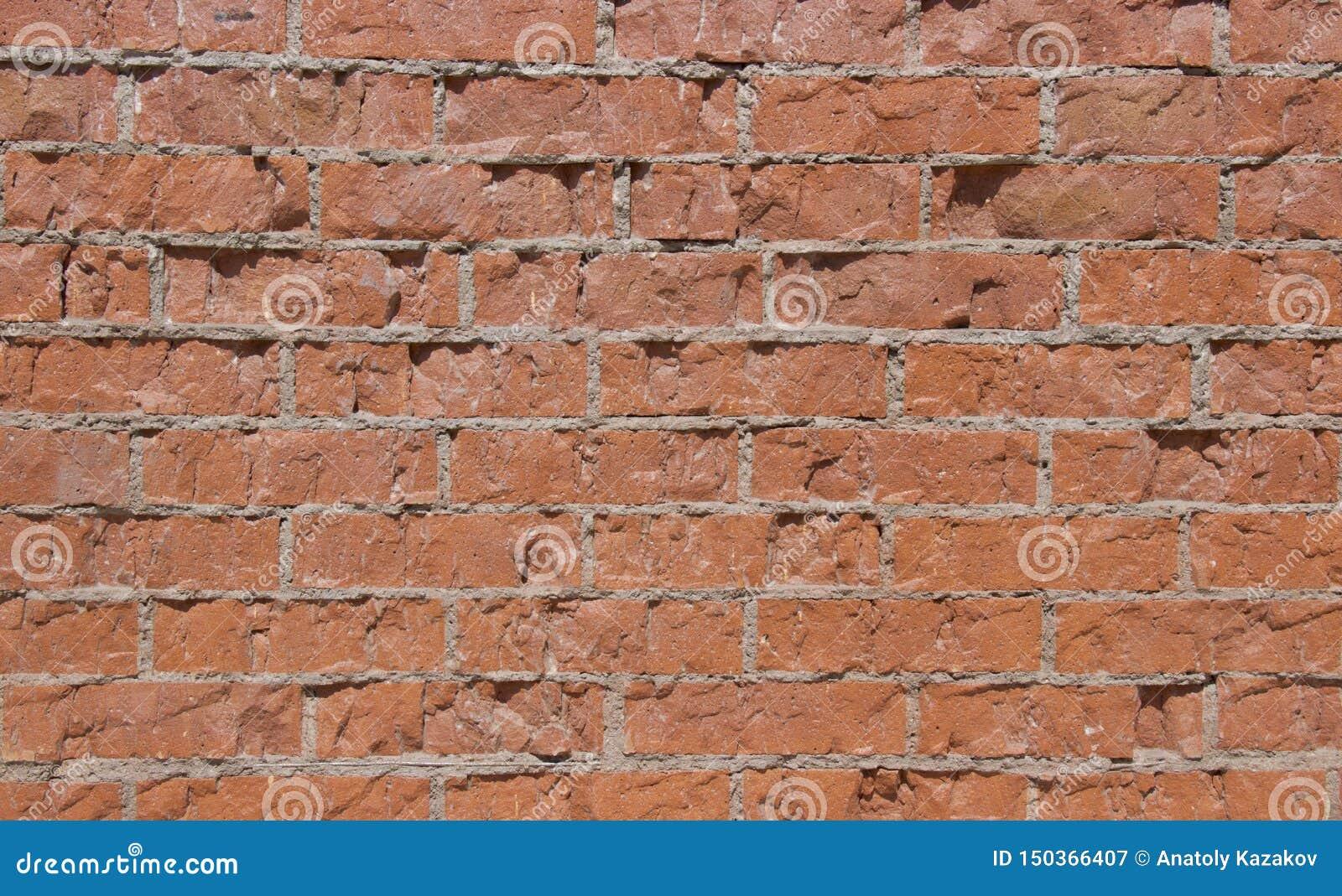 Красная кирпичная стена в дневном свете