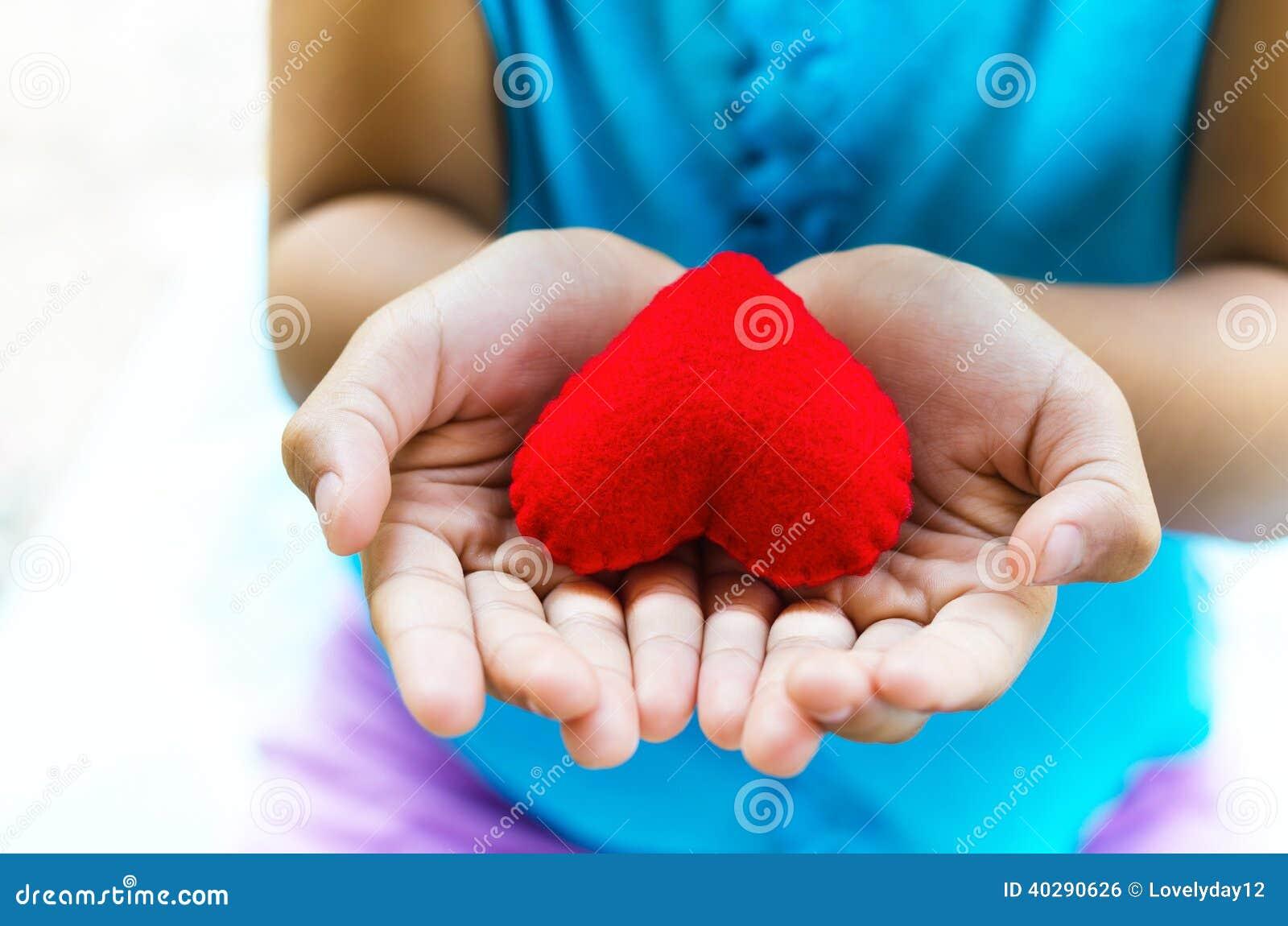 Красная маленькая девочка руки сердца