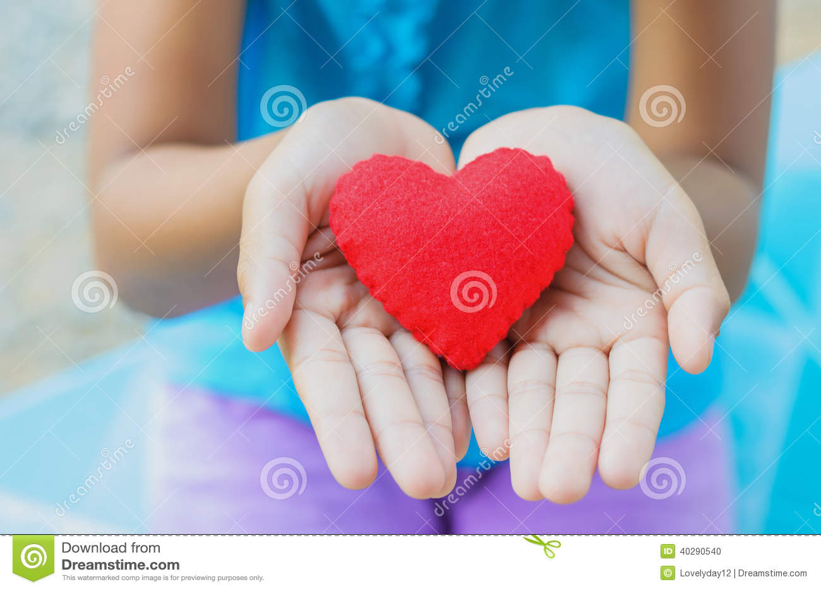 Красная маленькая девочка сердца в наличии