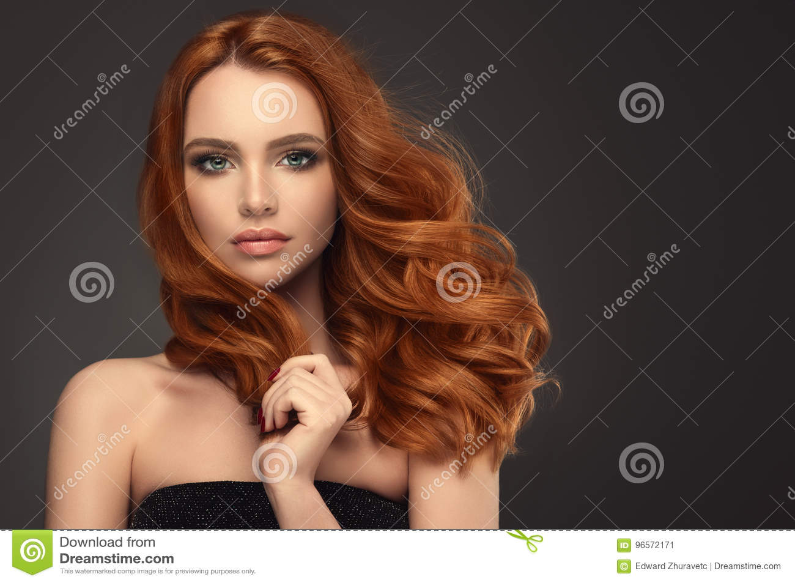 Красная с волосами женщина с объемистым, сияющим и курчавым стилем причёсок Frizzy волосы