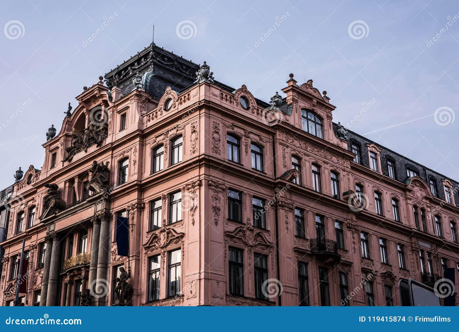 Красное здание в стиле барокко на квадрате Wenceslas