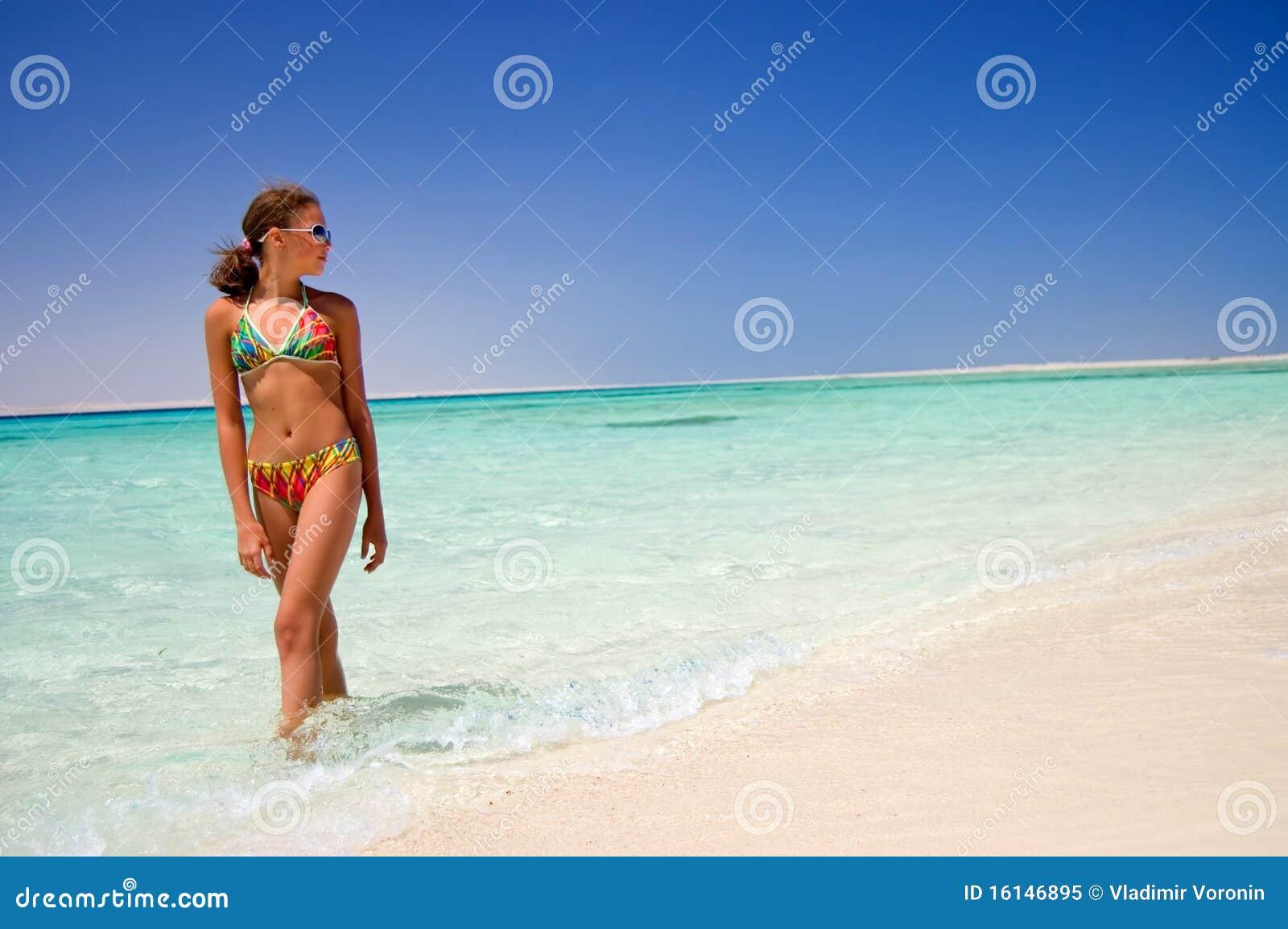 Девушки на красном море
