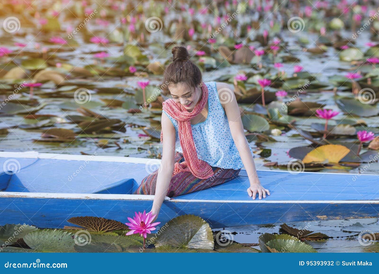 Красное море лотоса