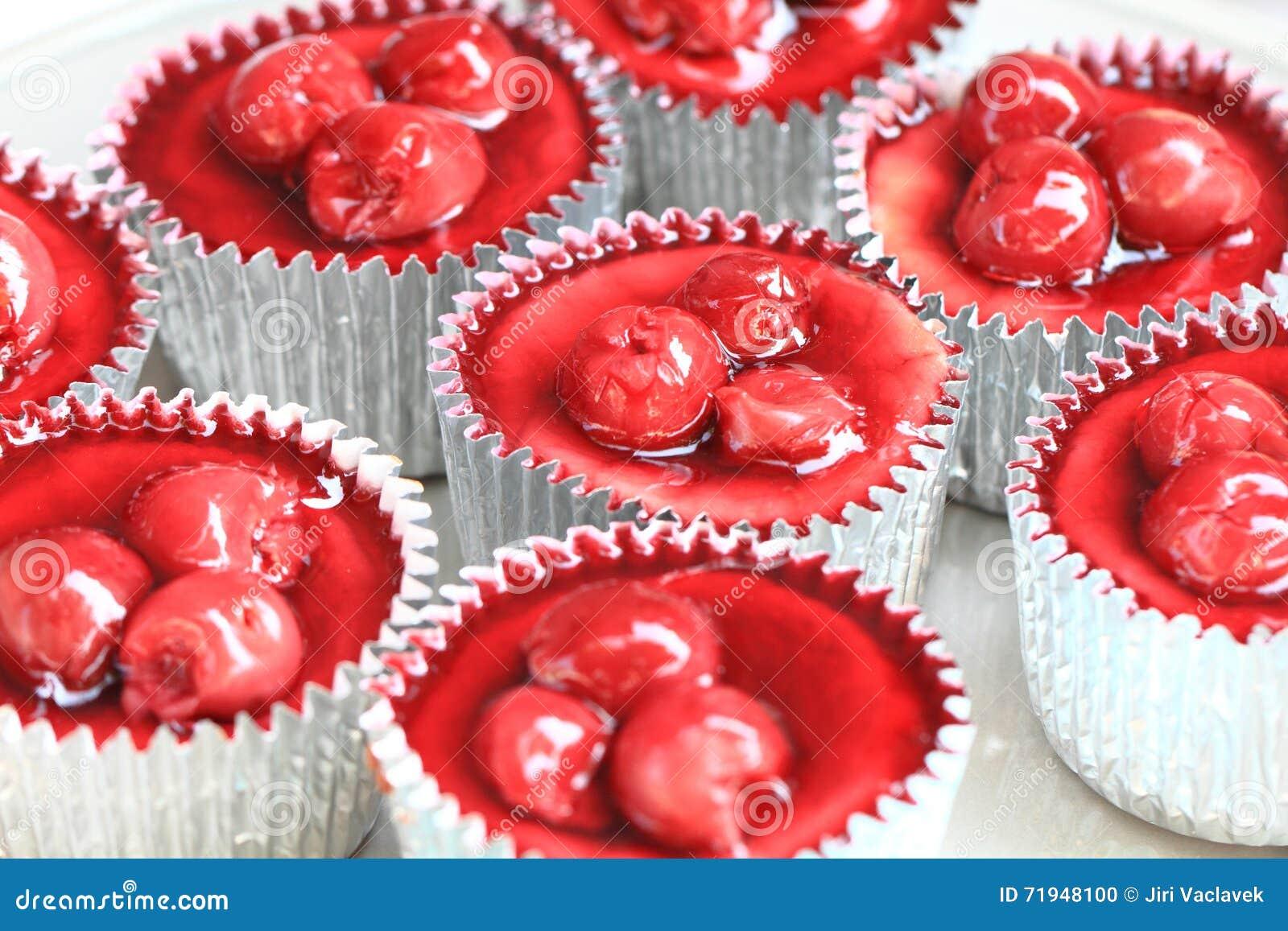 Красное пирожное вишен