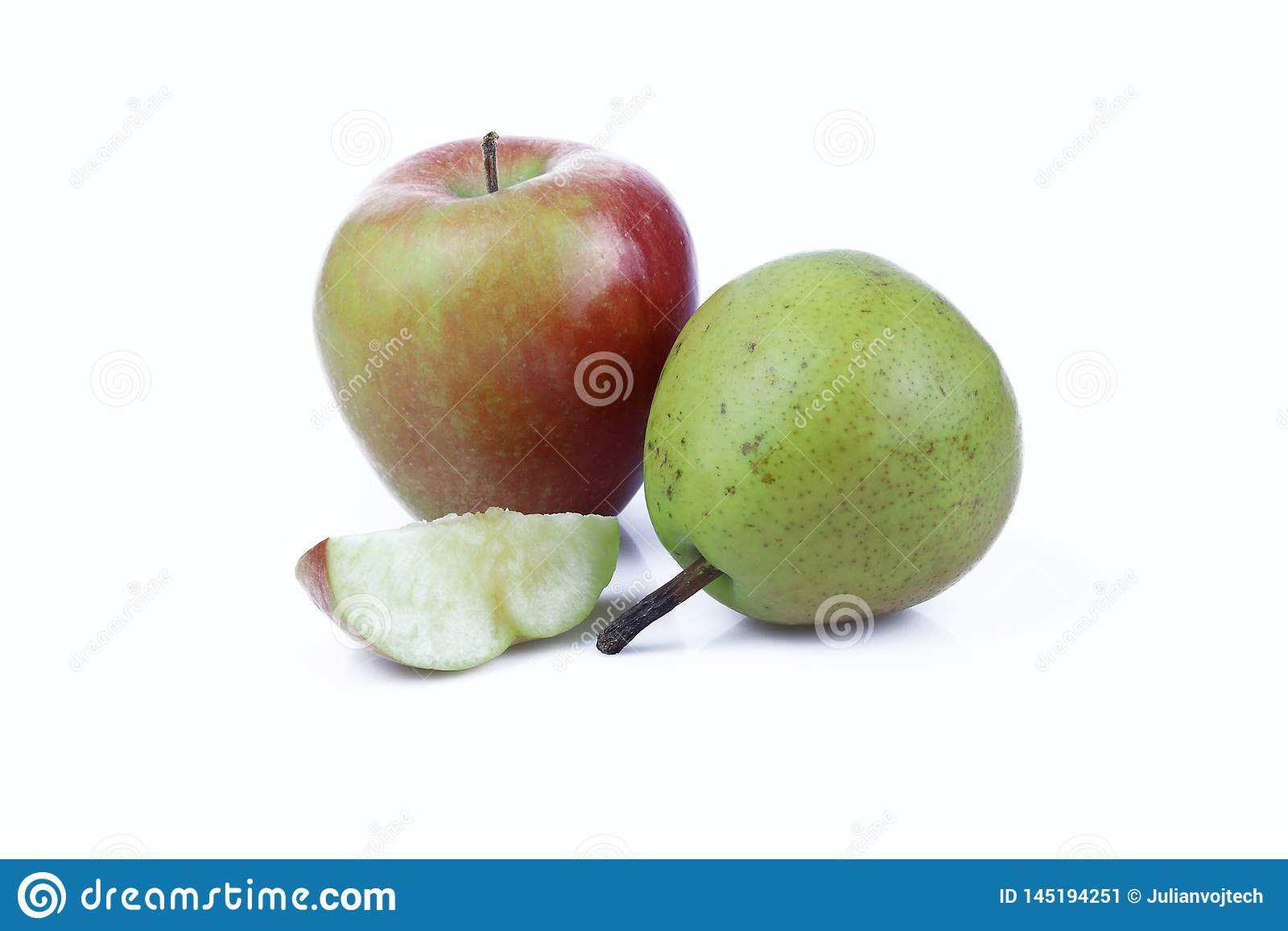 Яблоко и груша изолированные на белой предпосылке