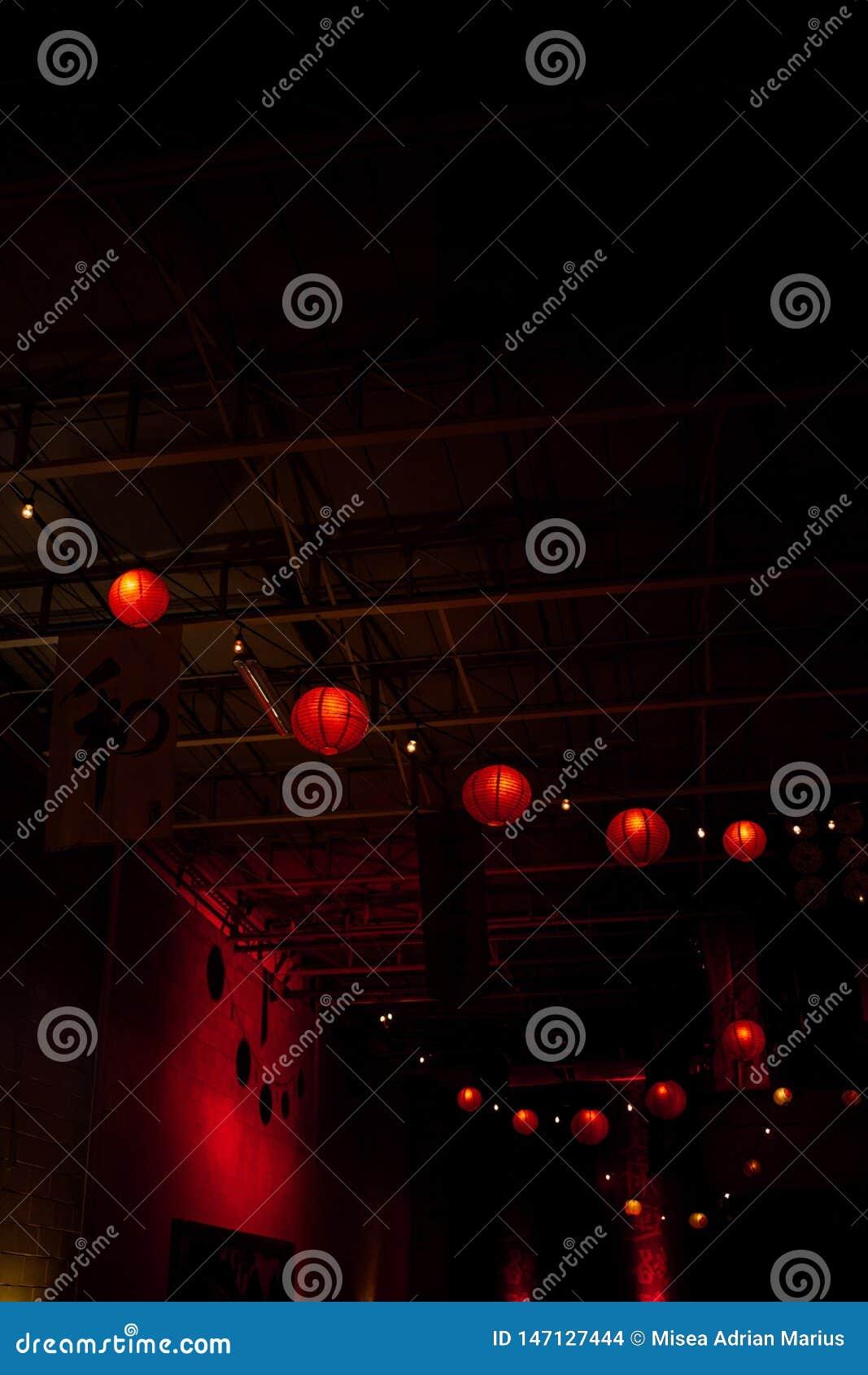 Красные бумажные фонарики собрали совместно