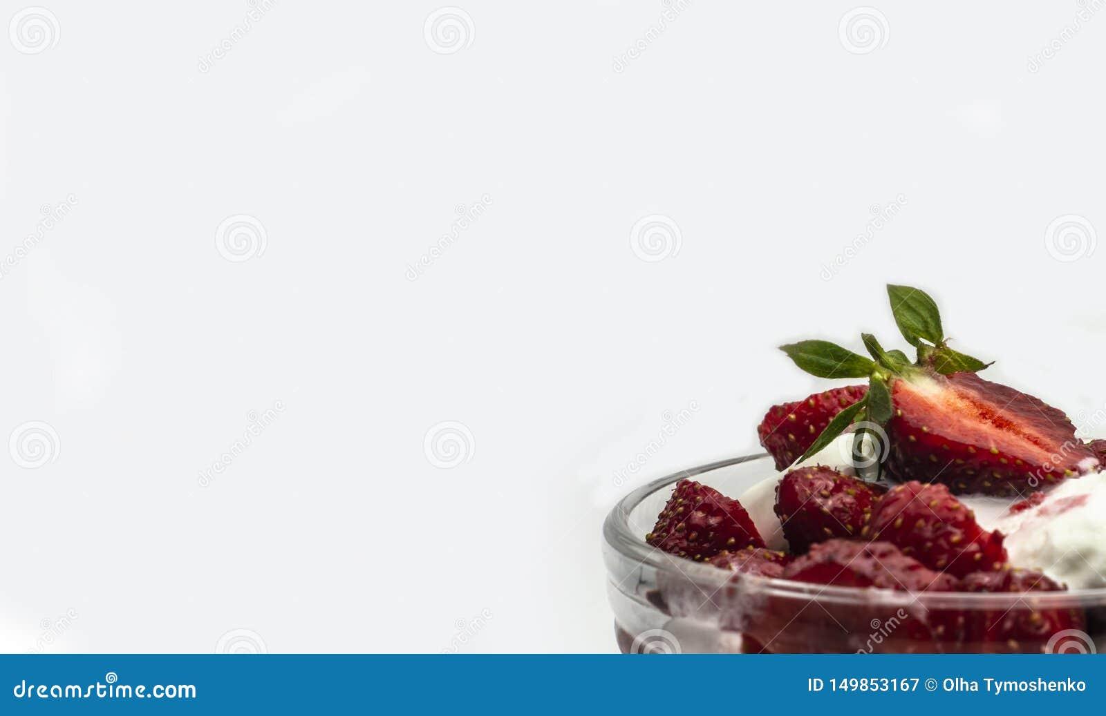 Красные зрелые сладкие клубники с мороженым в шаре мороженого на белой предпосылке