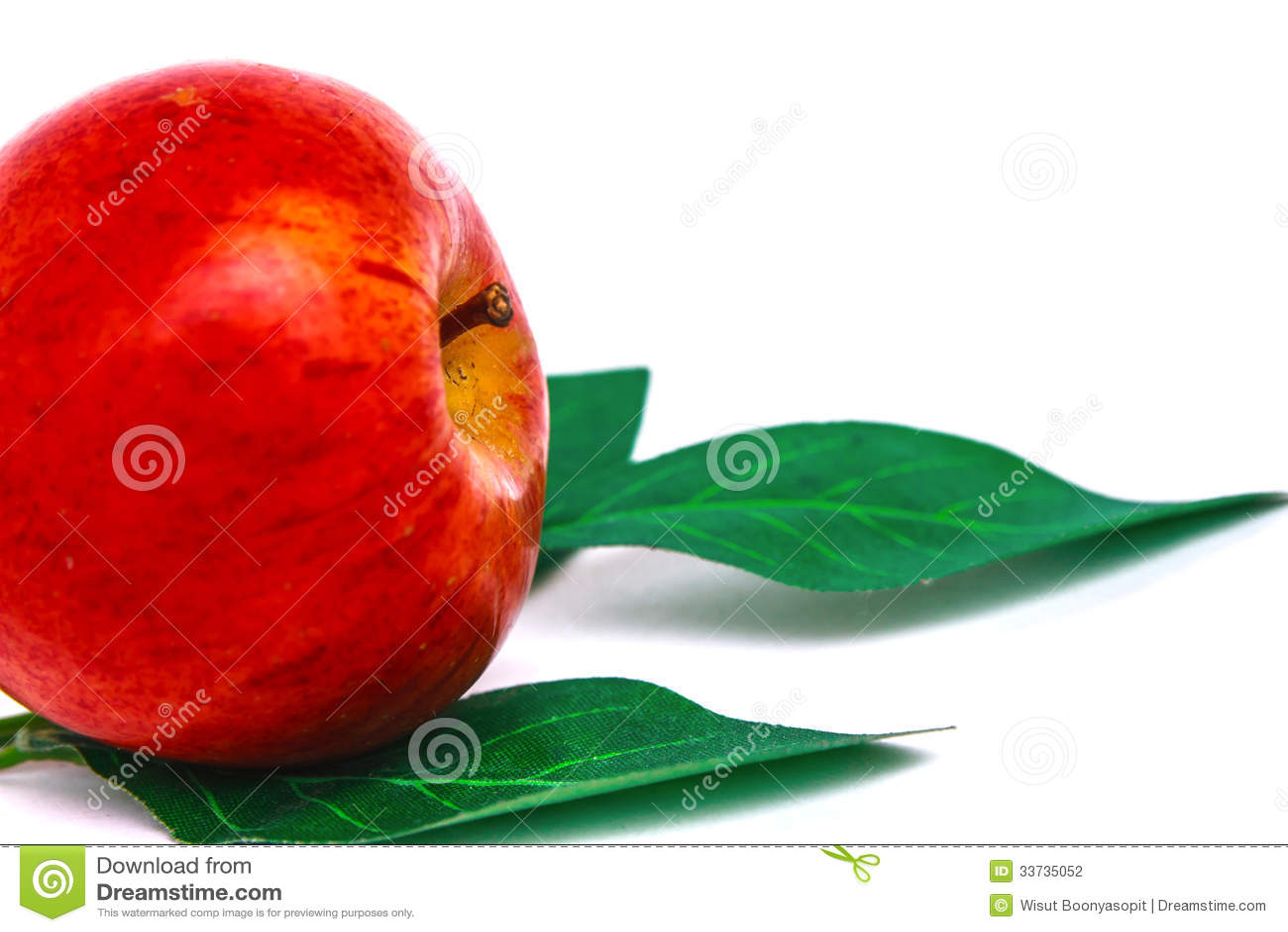 Красные листья яблока и зеленого цвета