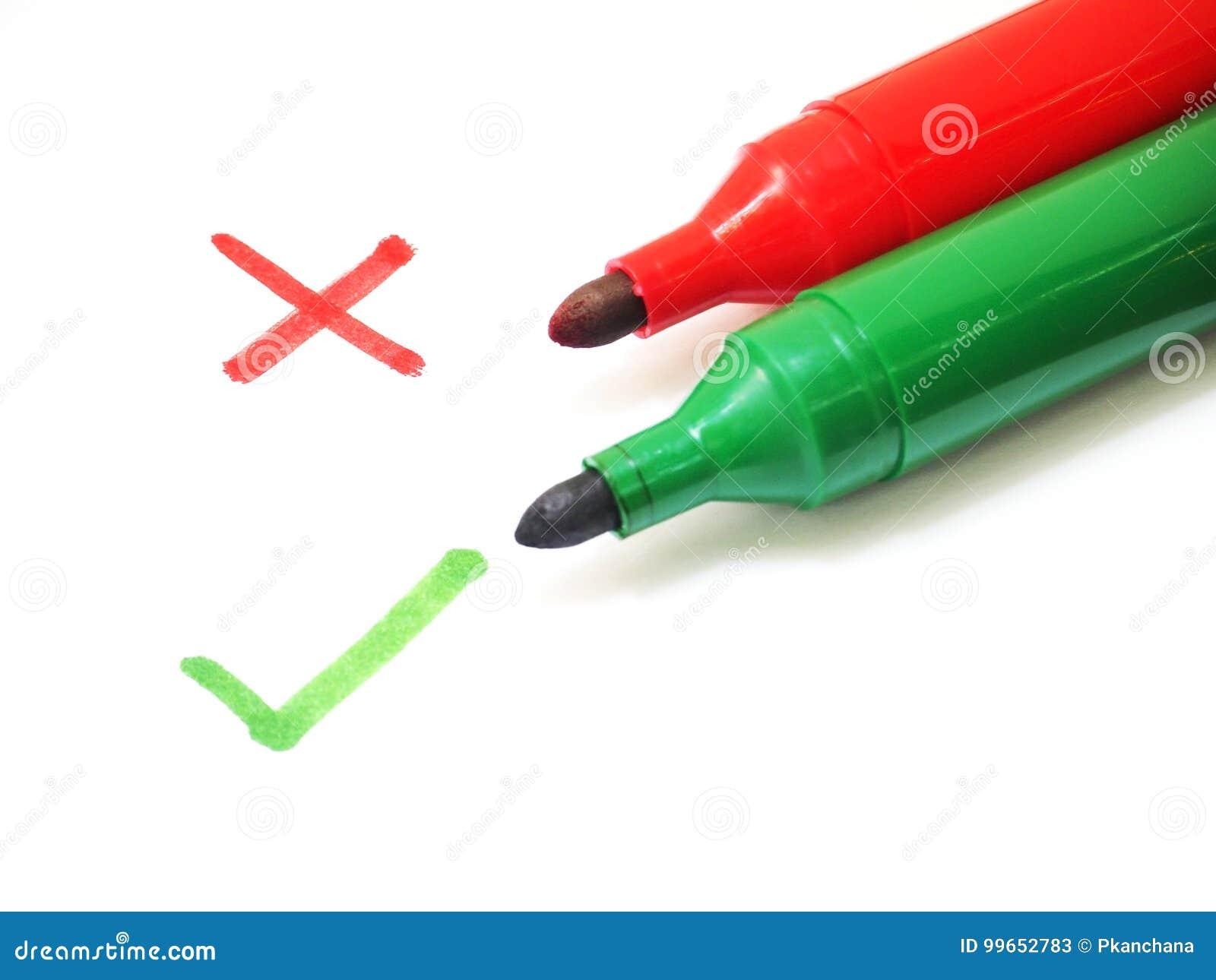 Красные и зеленые ручки отметки с крестом и контрольным списоком подписывают