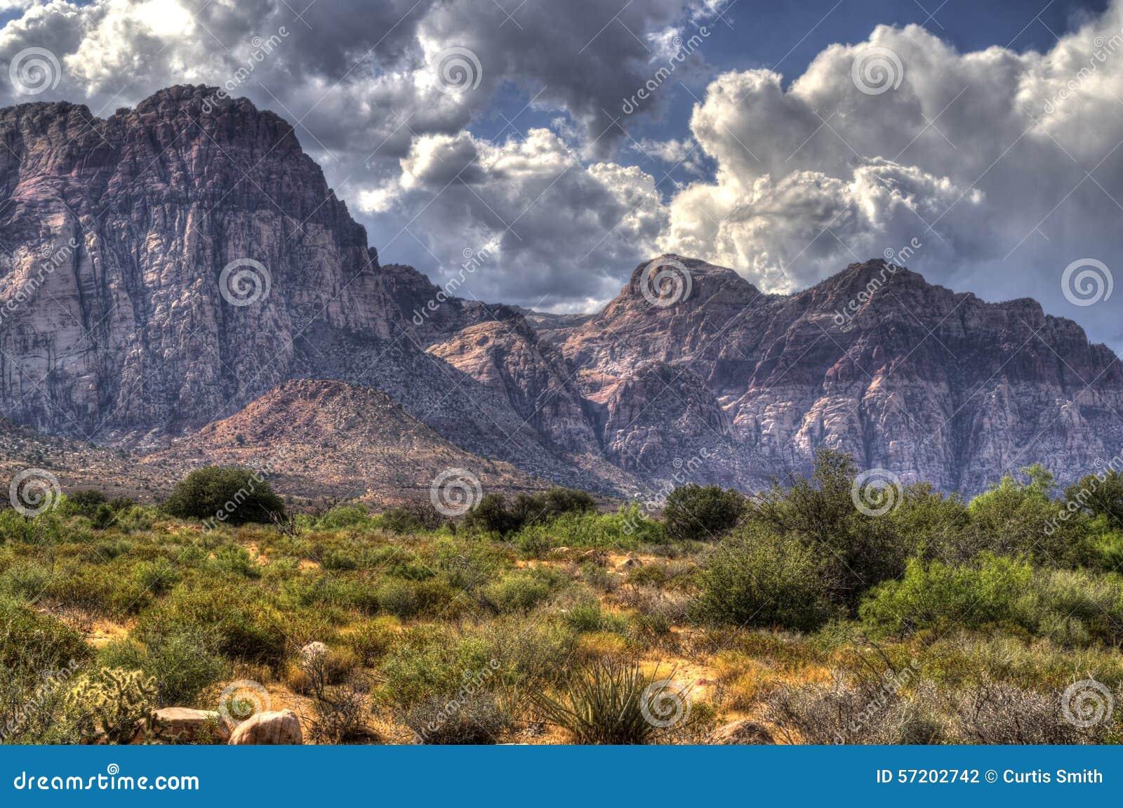 Красные каньон, пустыня и горы утеса в Неваде