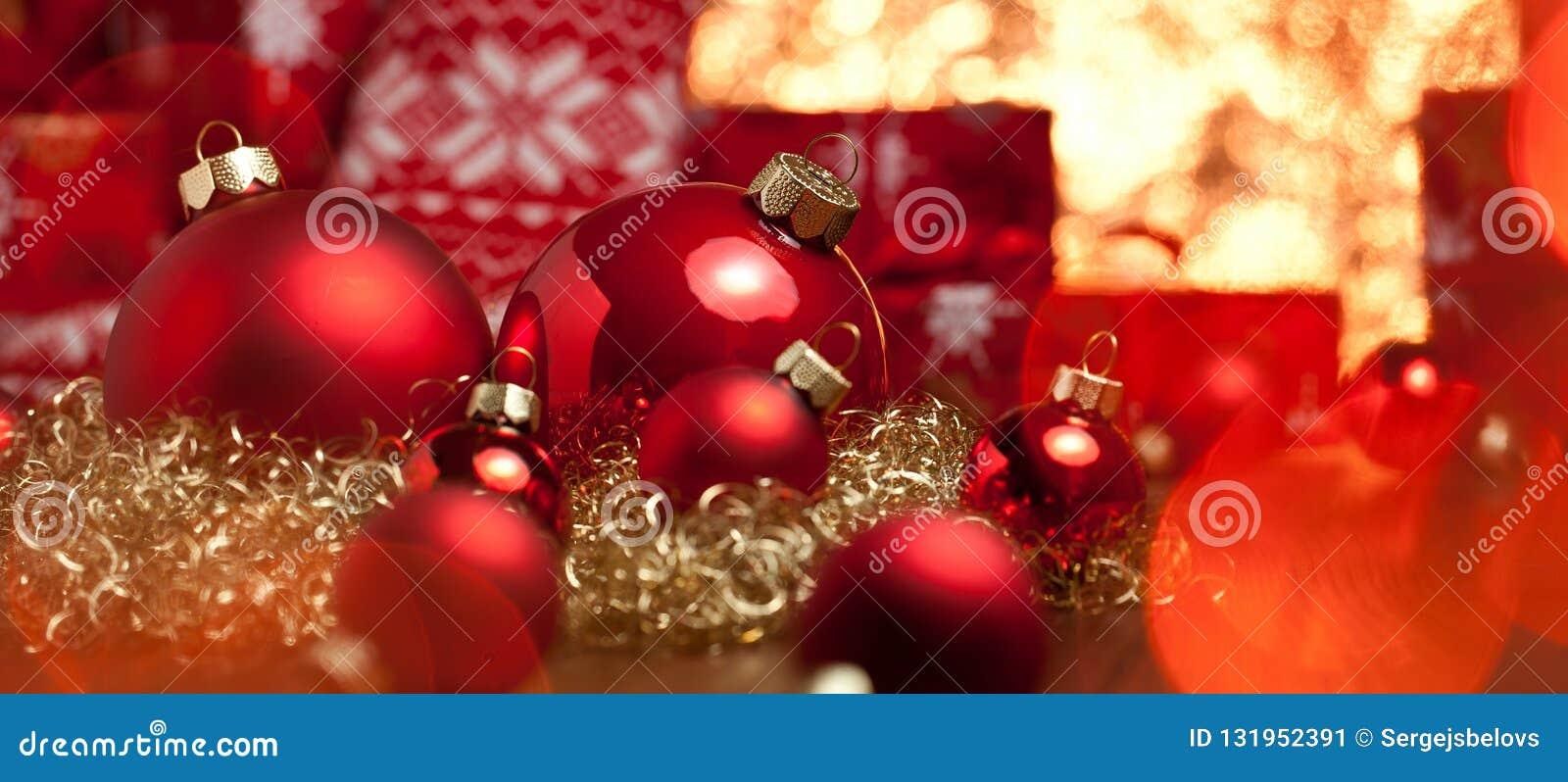 Красные подарки украшения рождества и deco рождественской елки