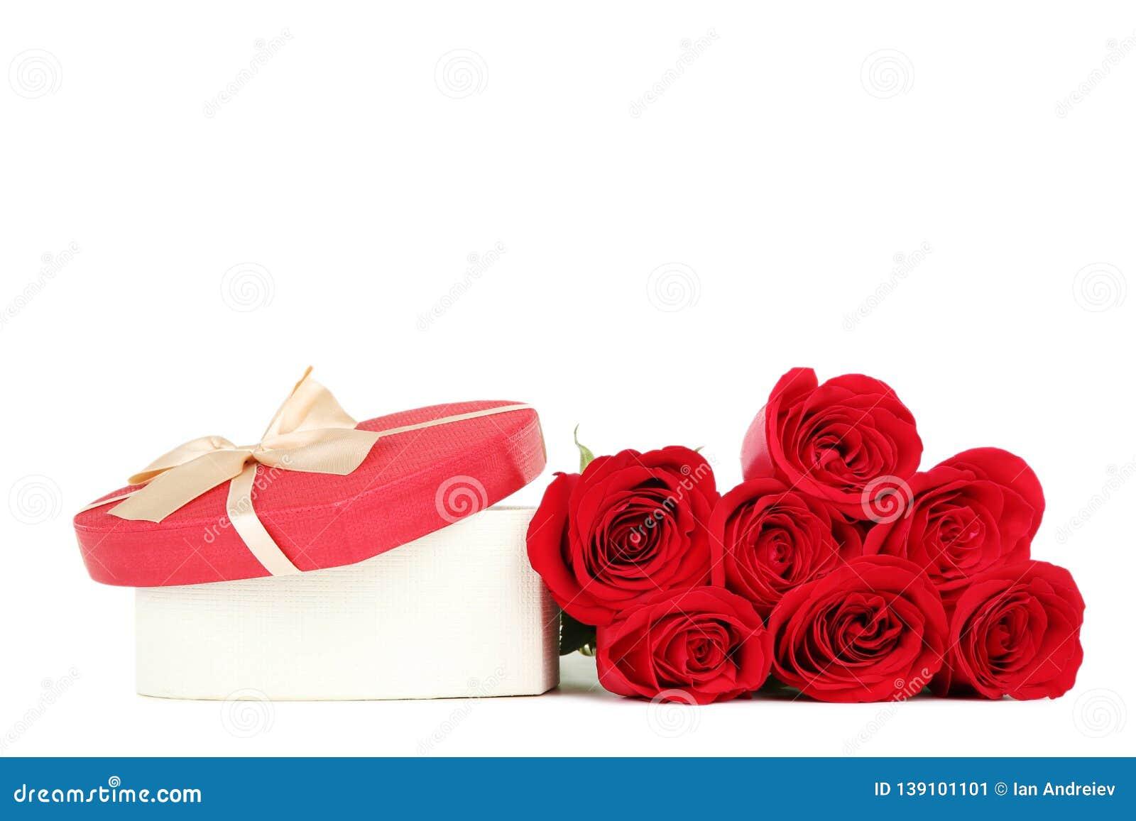 Красные розы с подарочной коробкой сердца форменной
