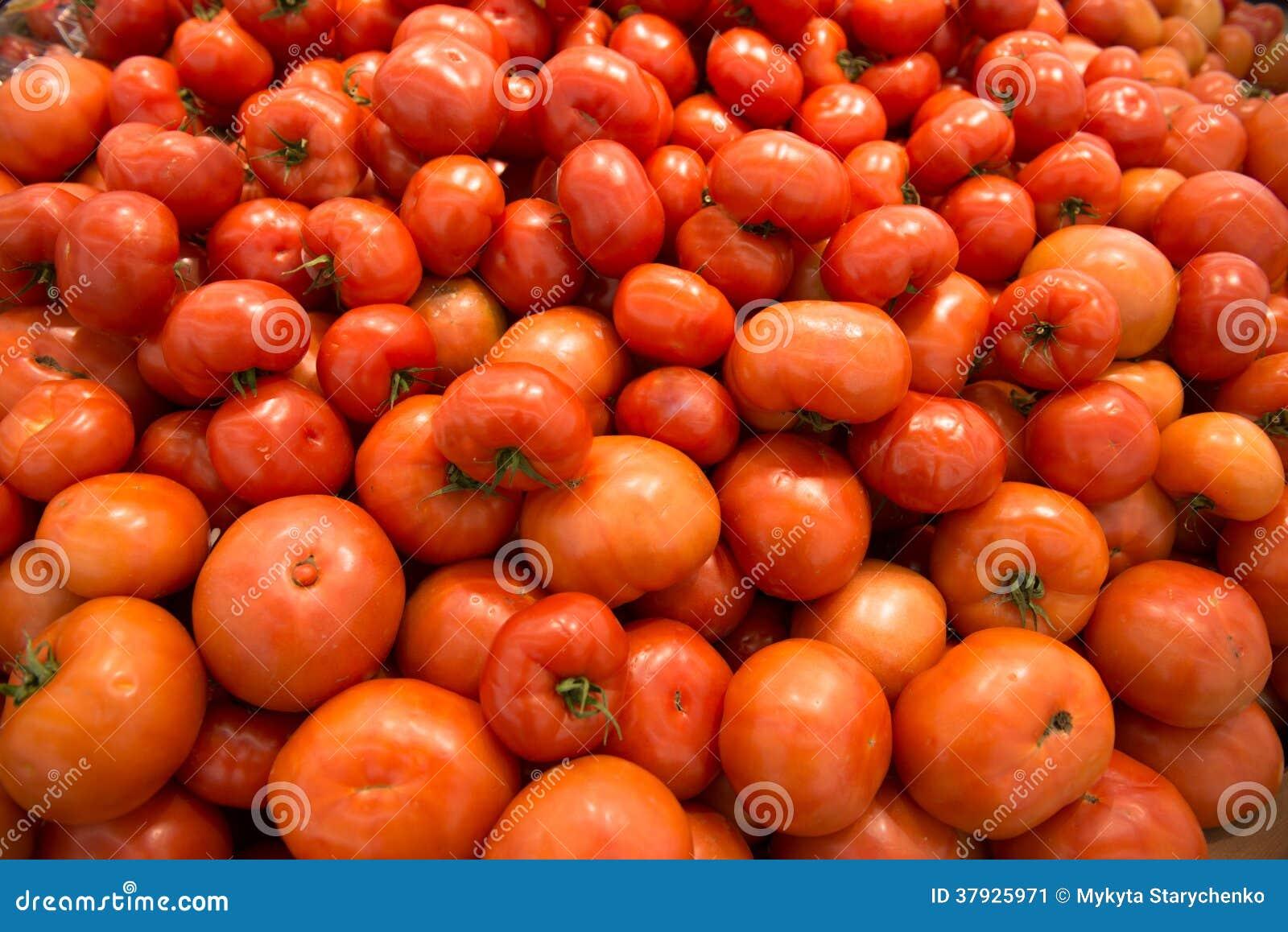 Красные томаты на супермаркете