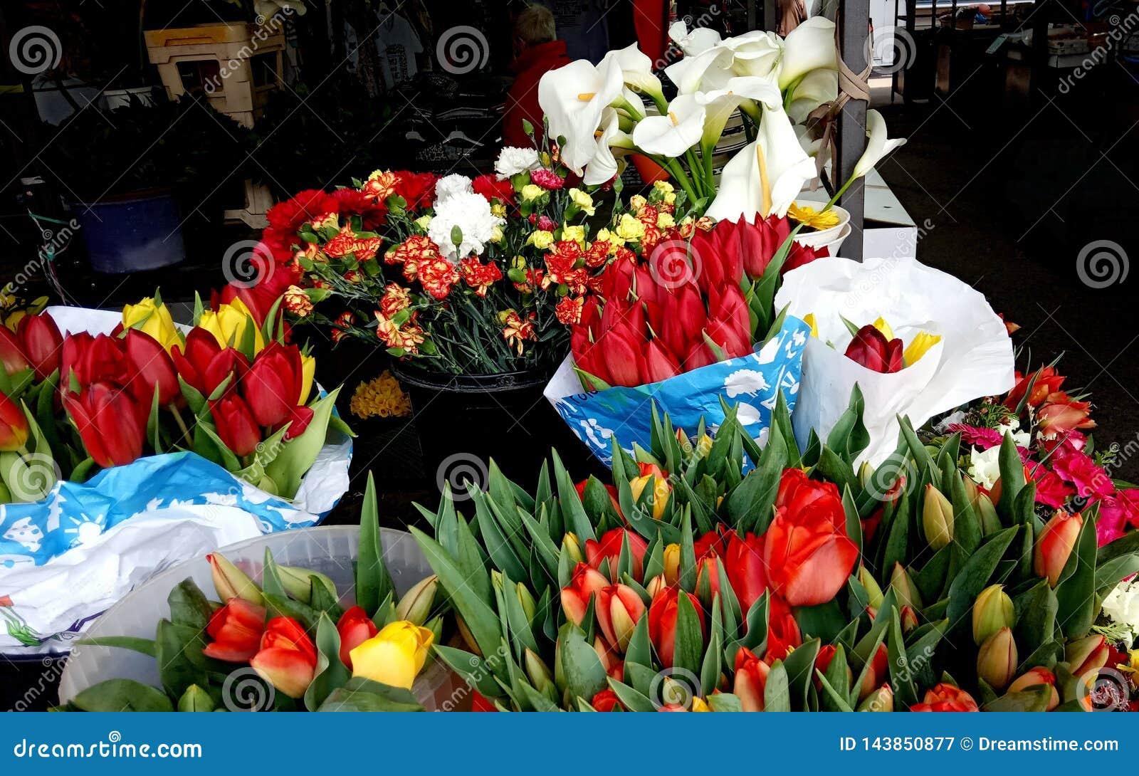 Красные тюльпаны и белые callas на рынке Bayloni в Белграде