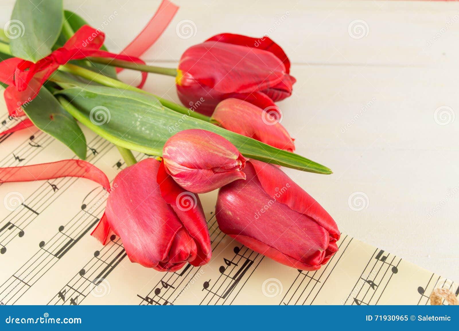 Красные тюльпаны на деревянном столе