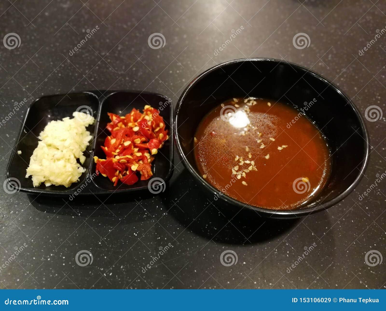 Красные чили и чесноки с соусом чилей