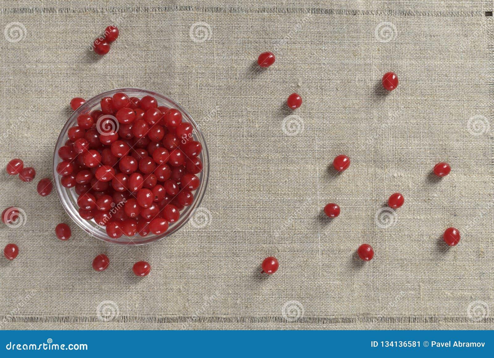Красные ягоды в чашке