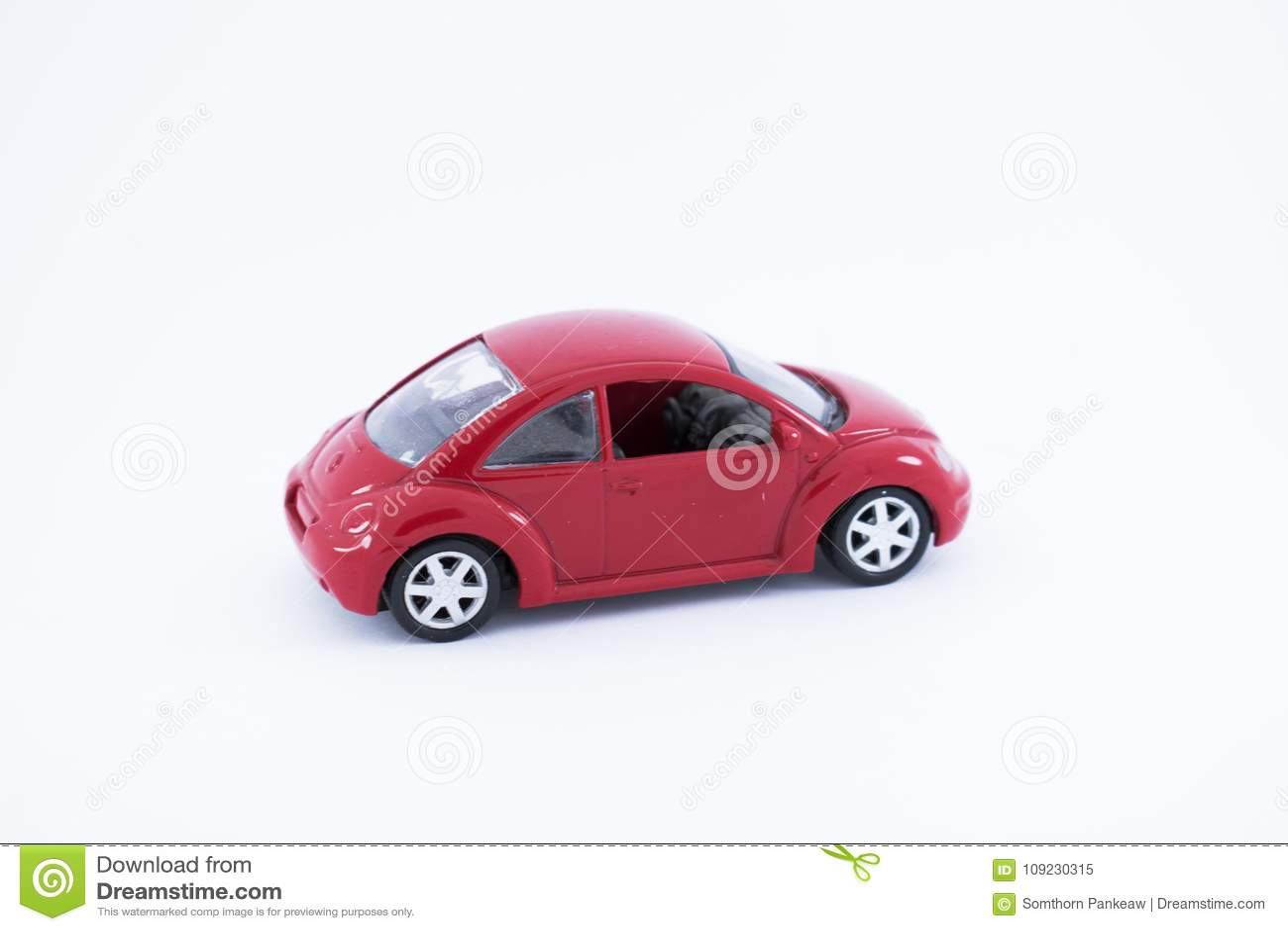 Красный автомобиль игрушки с белой предпосылкой