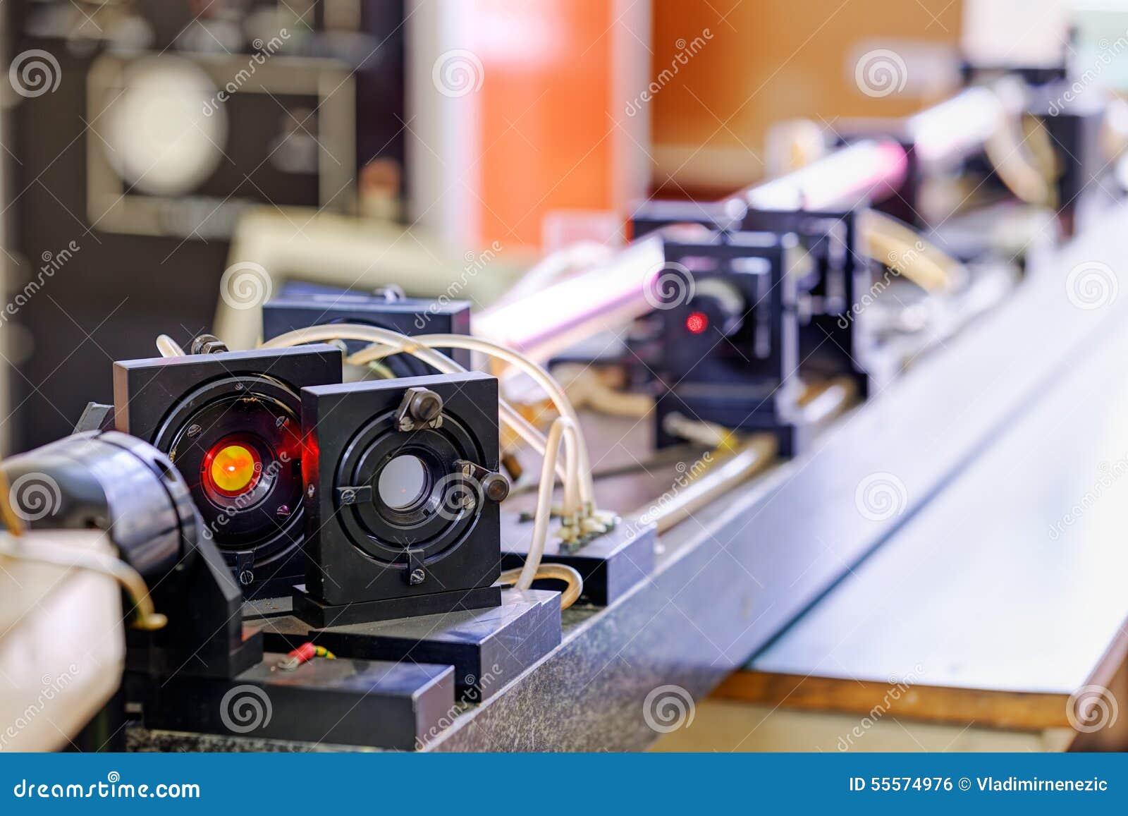 Красный лазер в лаборатории