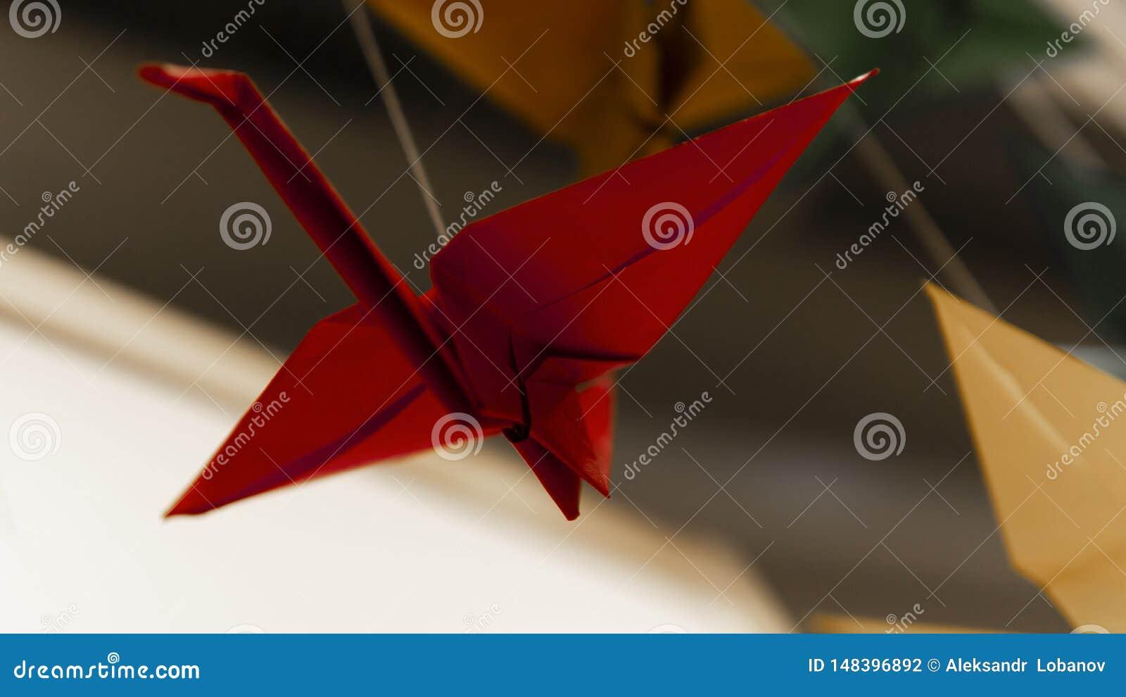 Красный аист гирлянды птицы origami на светлой предпосылке