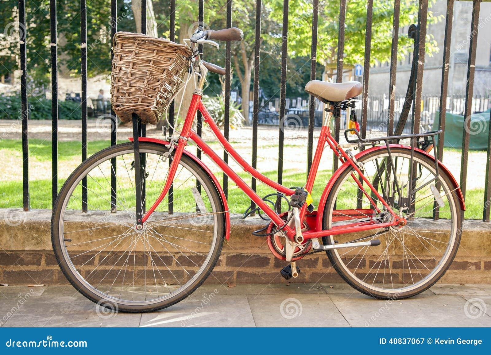 Красный велосипед в Кембридже