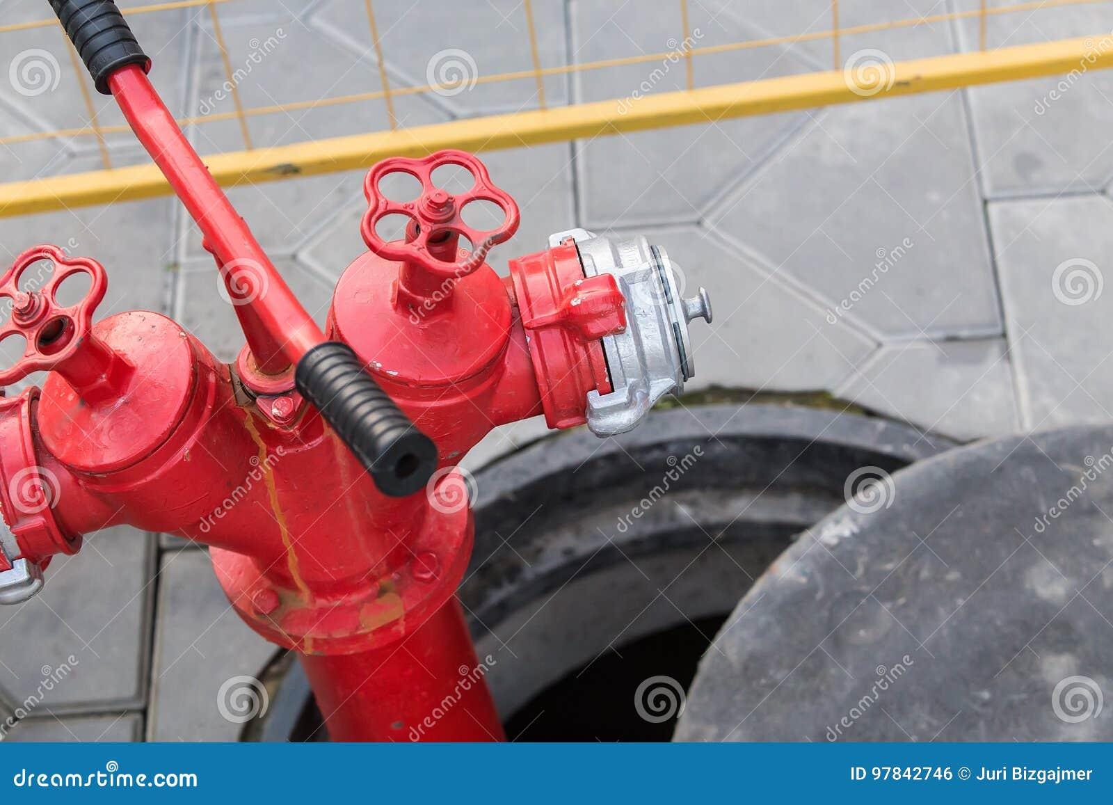Красный жидкостный огнетушитель