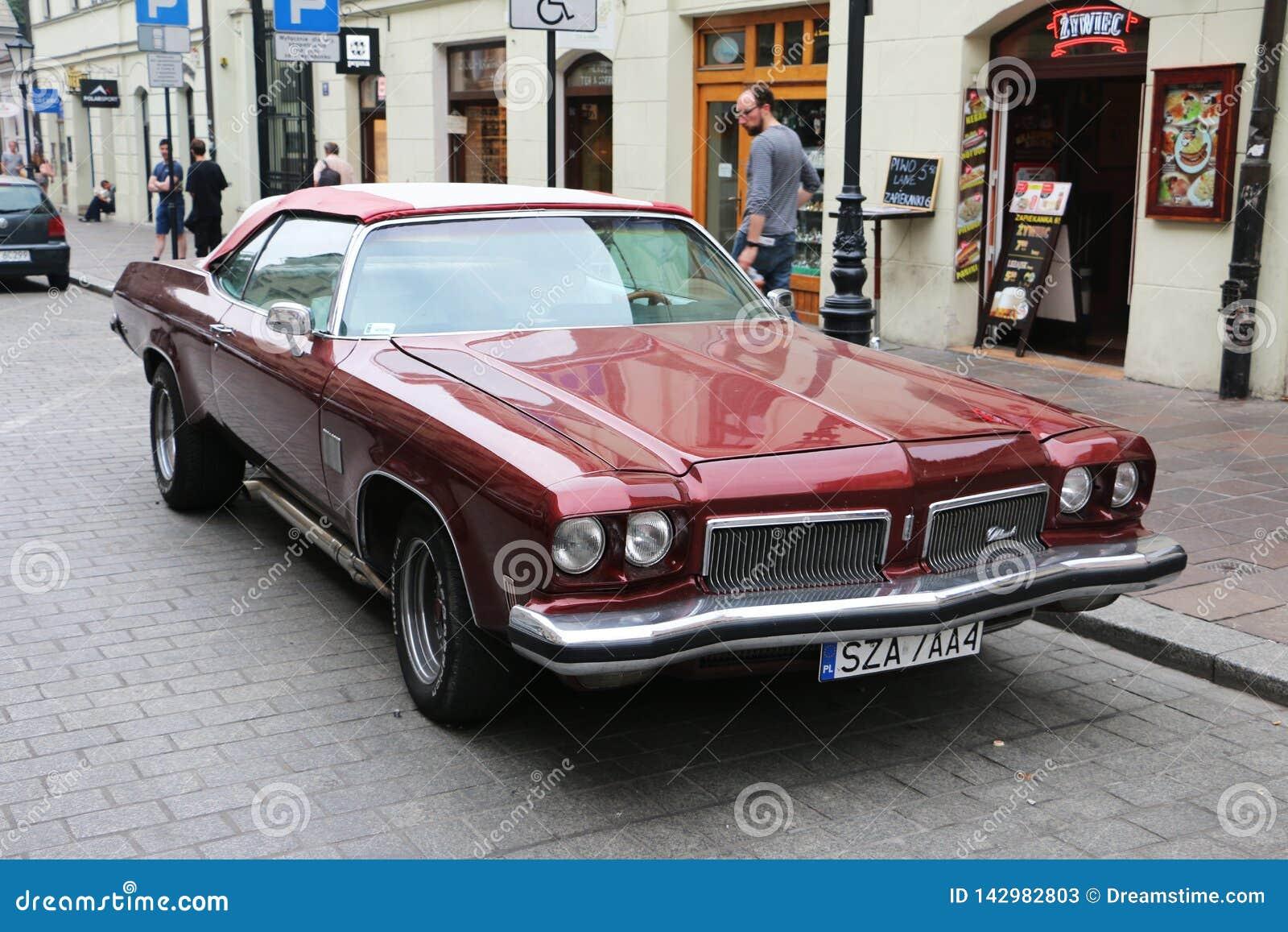Красный красивый американский автомобиль мышцы, Польша, Краков