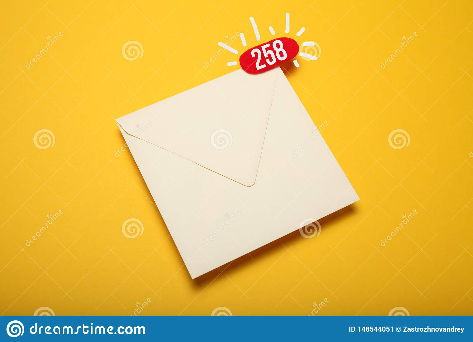 Красный круг на письме почты, концепции связи Корреспонденция адреса