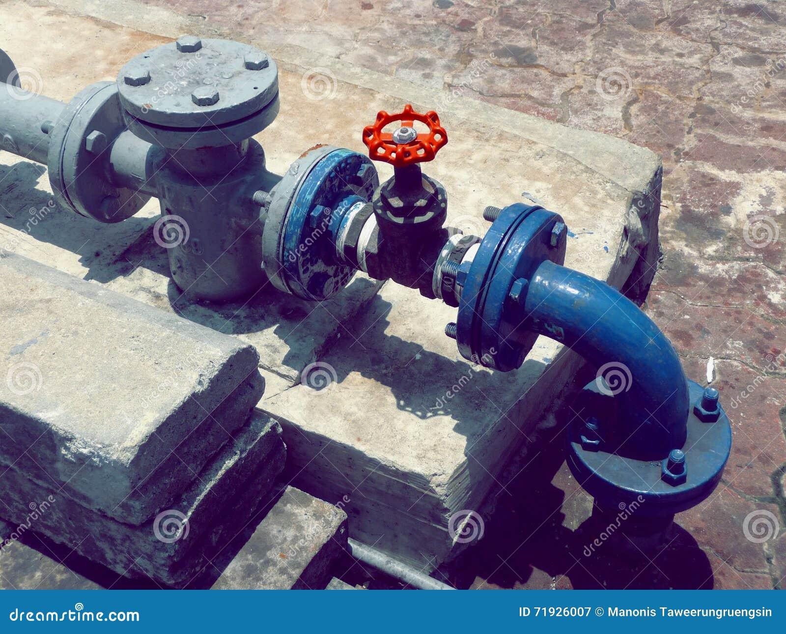 Красный клапан стопа с голубой системой трубопровода