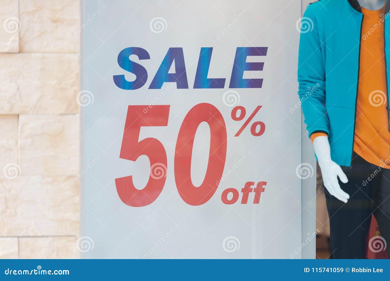 Красный пакет изолированный на белой предпосылке Продажа и цена со скидкой подписывают на стене в отделе