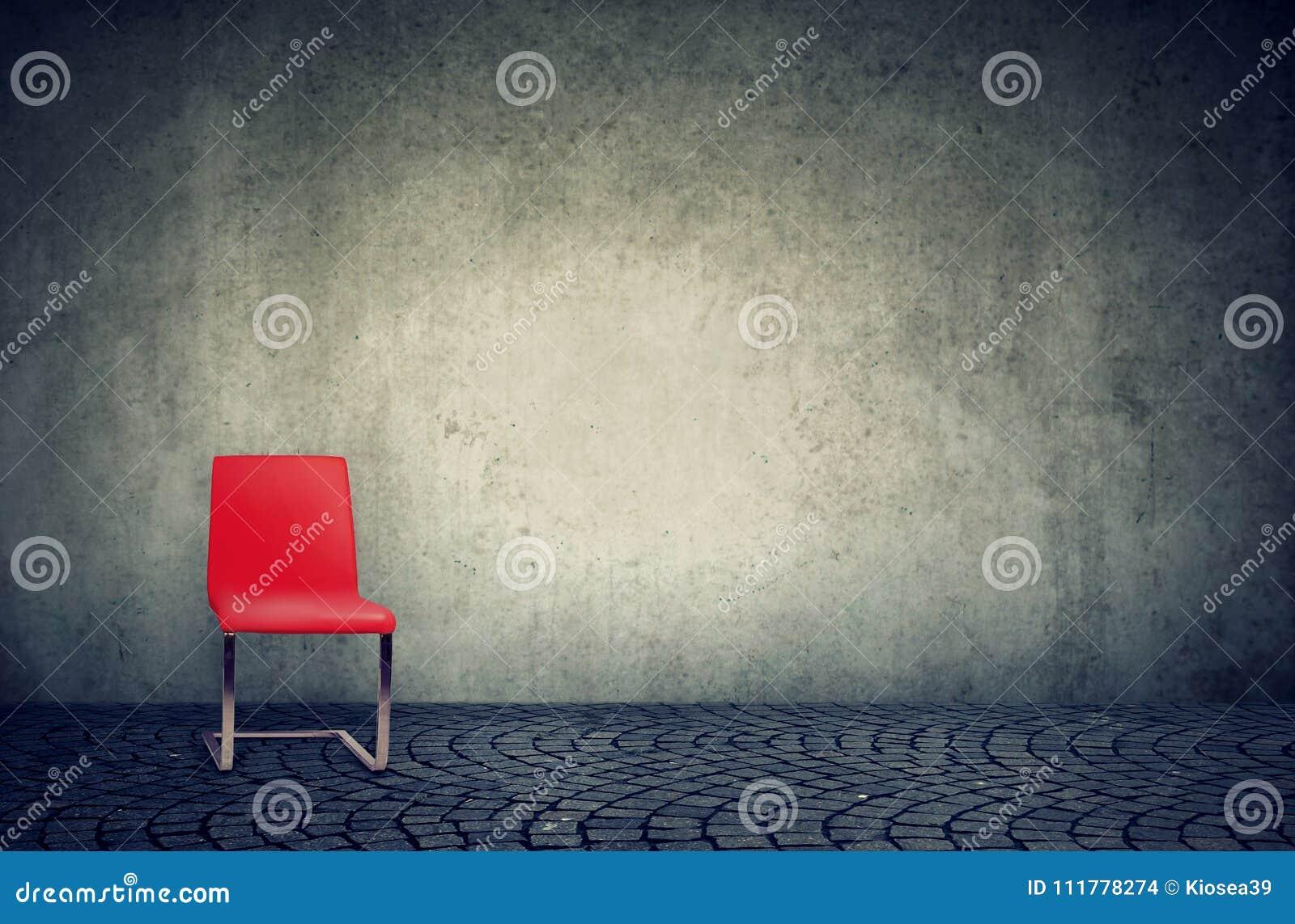Красный стул в офисе минималистского стиля просторной квартиры пустом