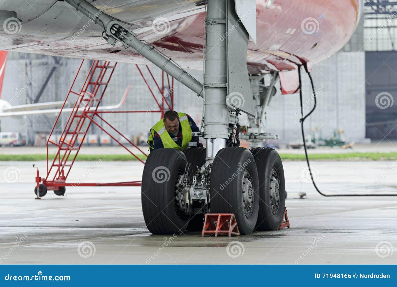 Красный цвет воздушных судн Tupolev-204 подгоняет авиакомпанию в месте для стоянки