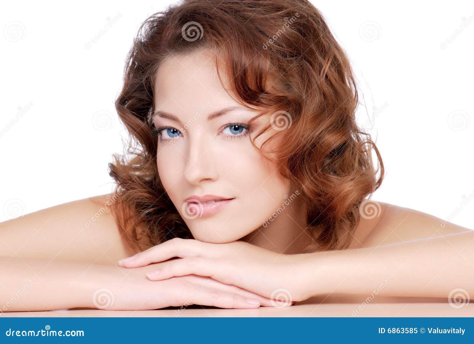 красный цвет волос девушки