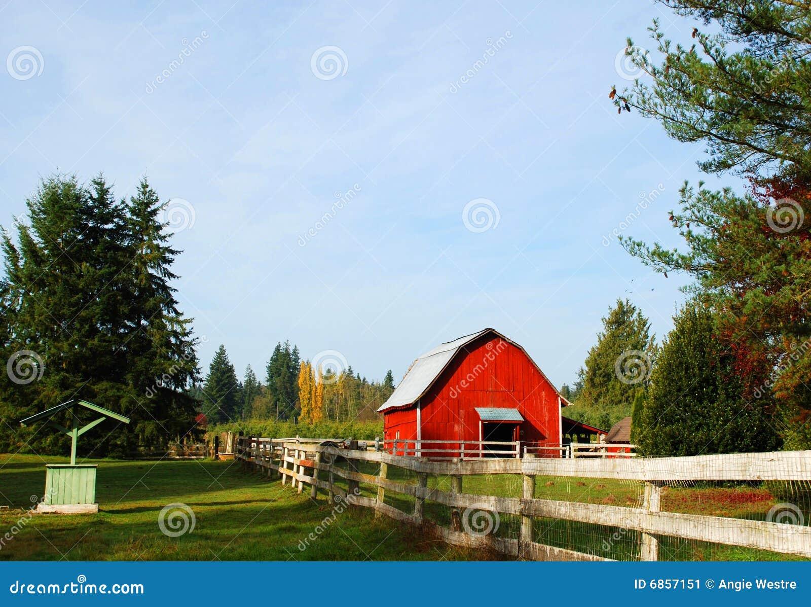 красный цвет загородки амбара старый