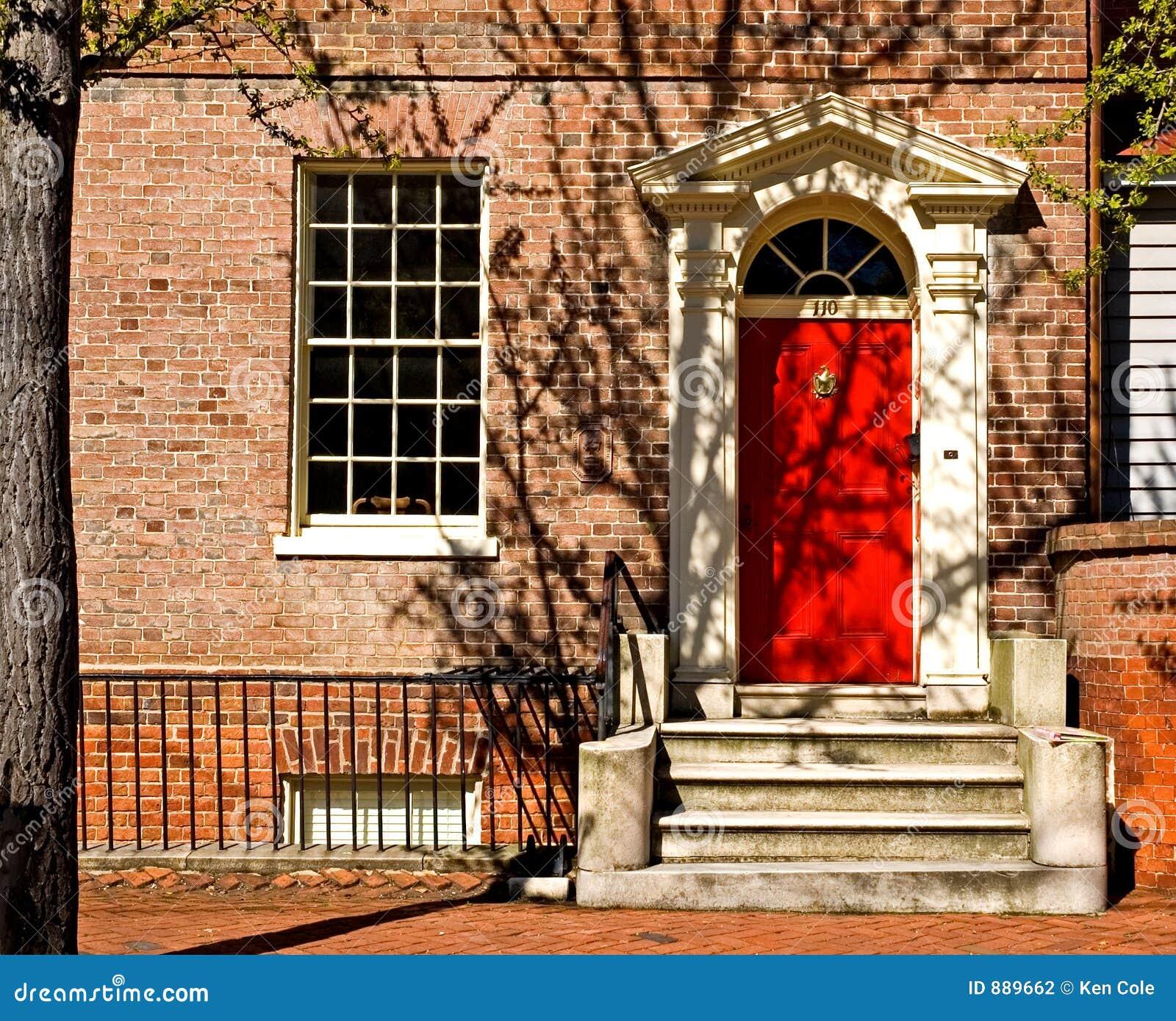 красный цвет классицистической двери georgian