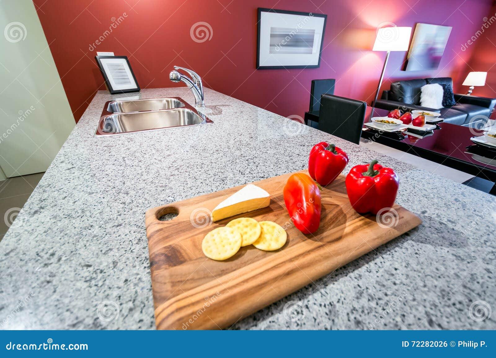 Download красный цвет кухни самомоднейший Стоковое Фото - изображение насчитывающей еда, отдых: 72282026