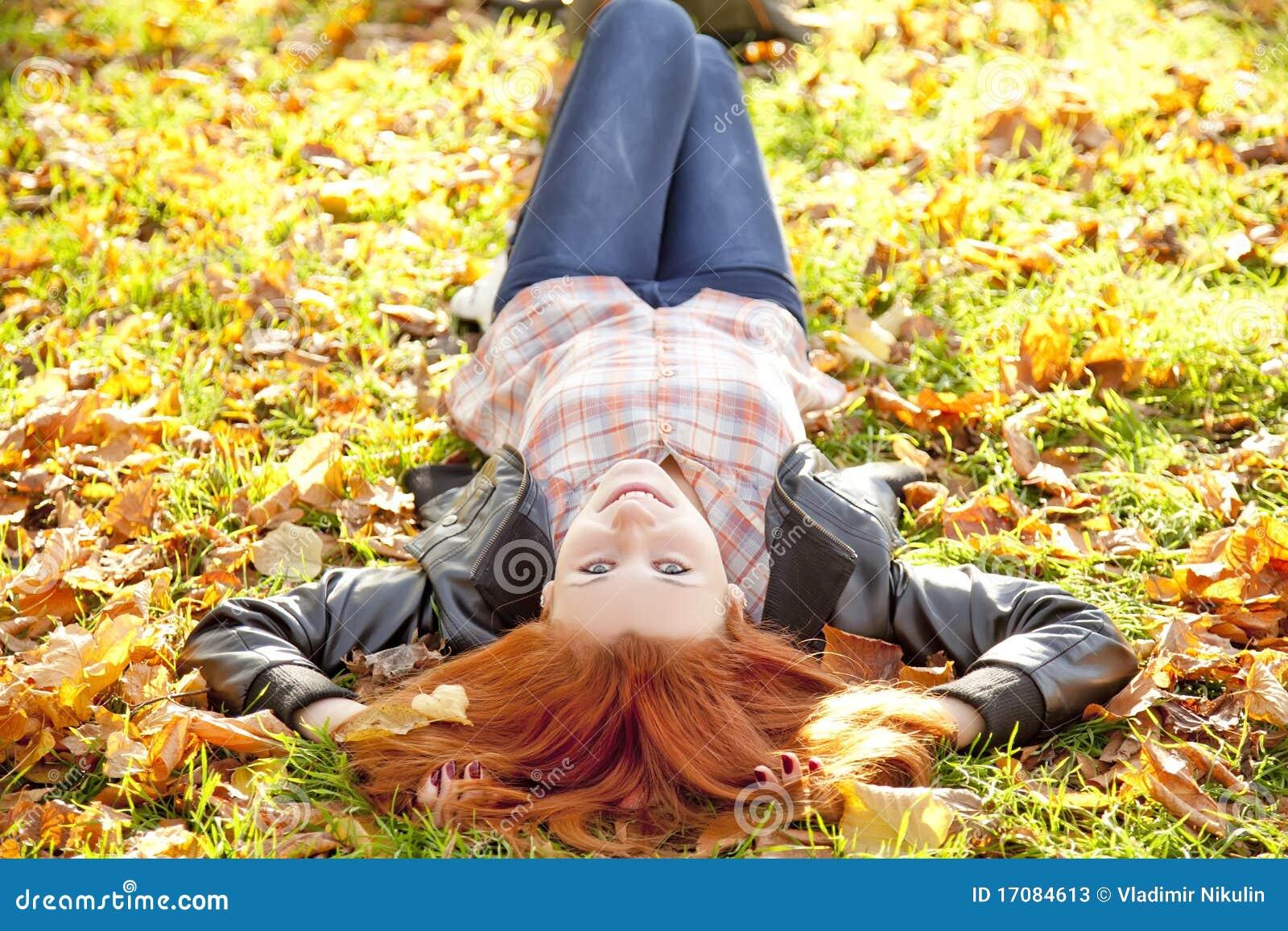 красный цвет парка девушки осени с волосами счастливый