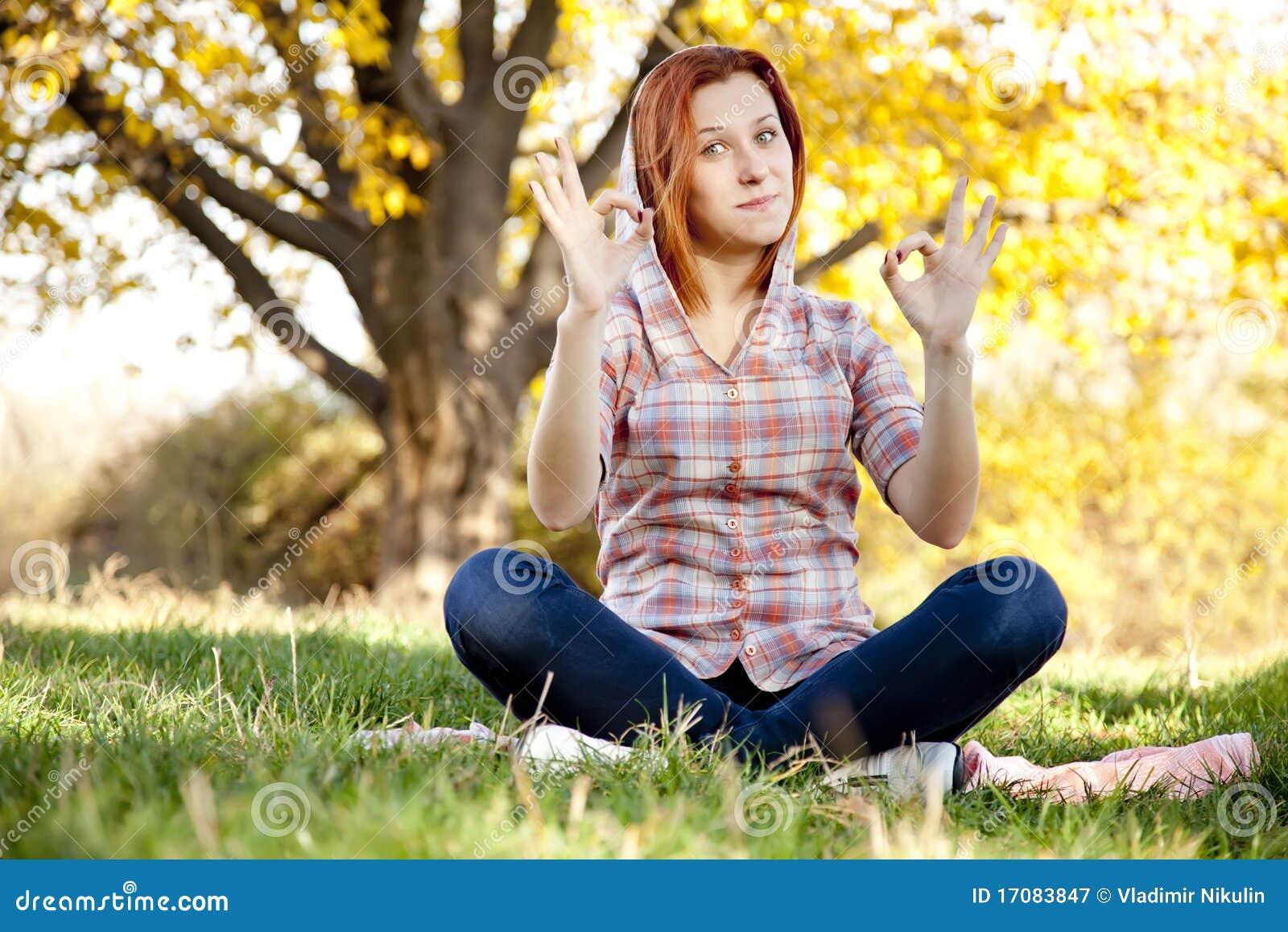 красный цвет портрета парка девушки осени с волосами
