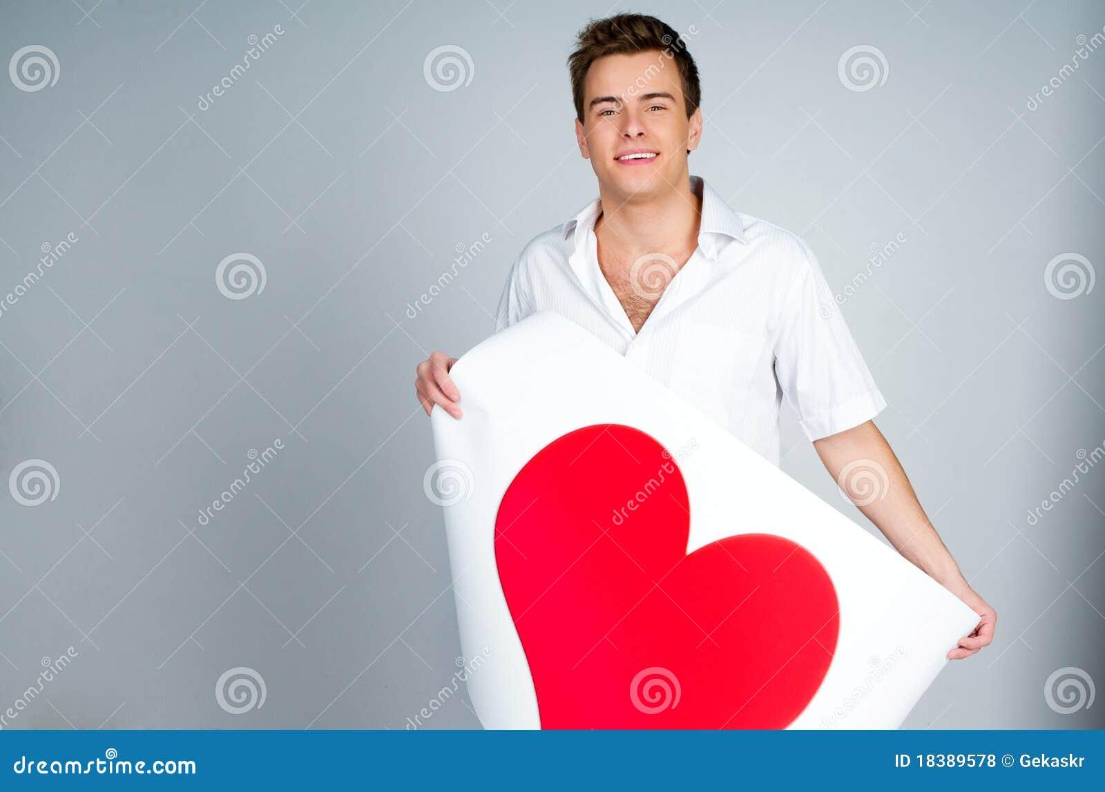 красный цвет человека удерживания сердца