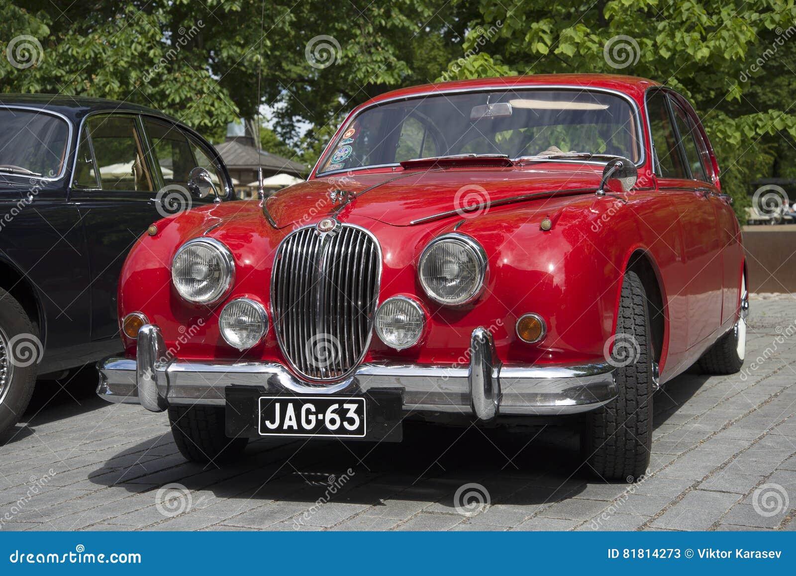 Красный ягуар Mk-1 - участник парада винтажных автомобилей Финляндия turku