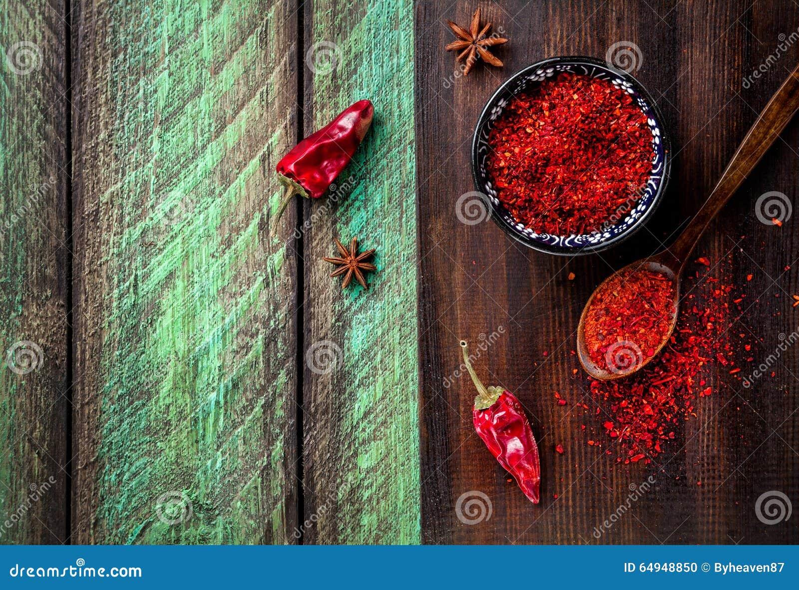 Красный chili на деревянной предпосылке