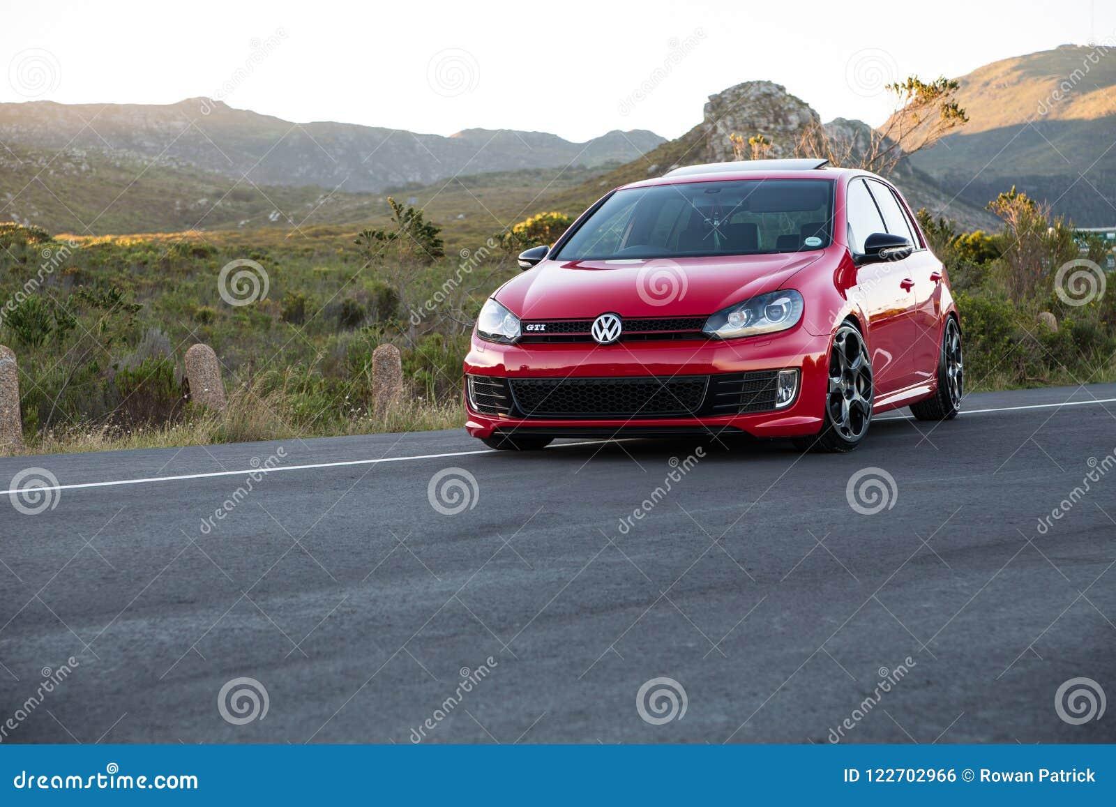 Красный VW играет в гольф 6 Gti