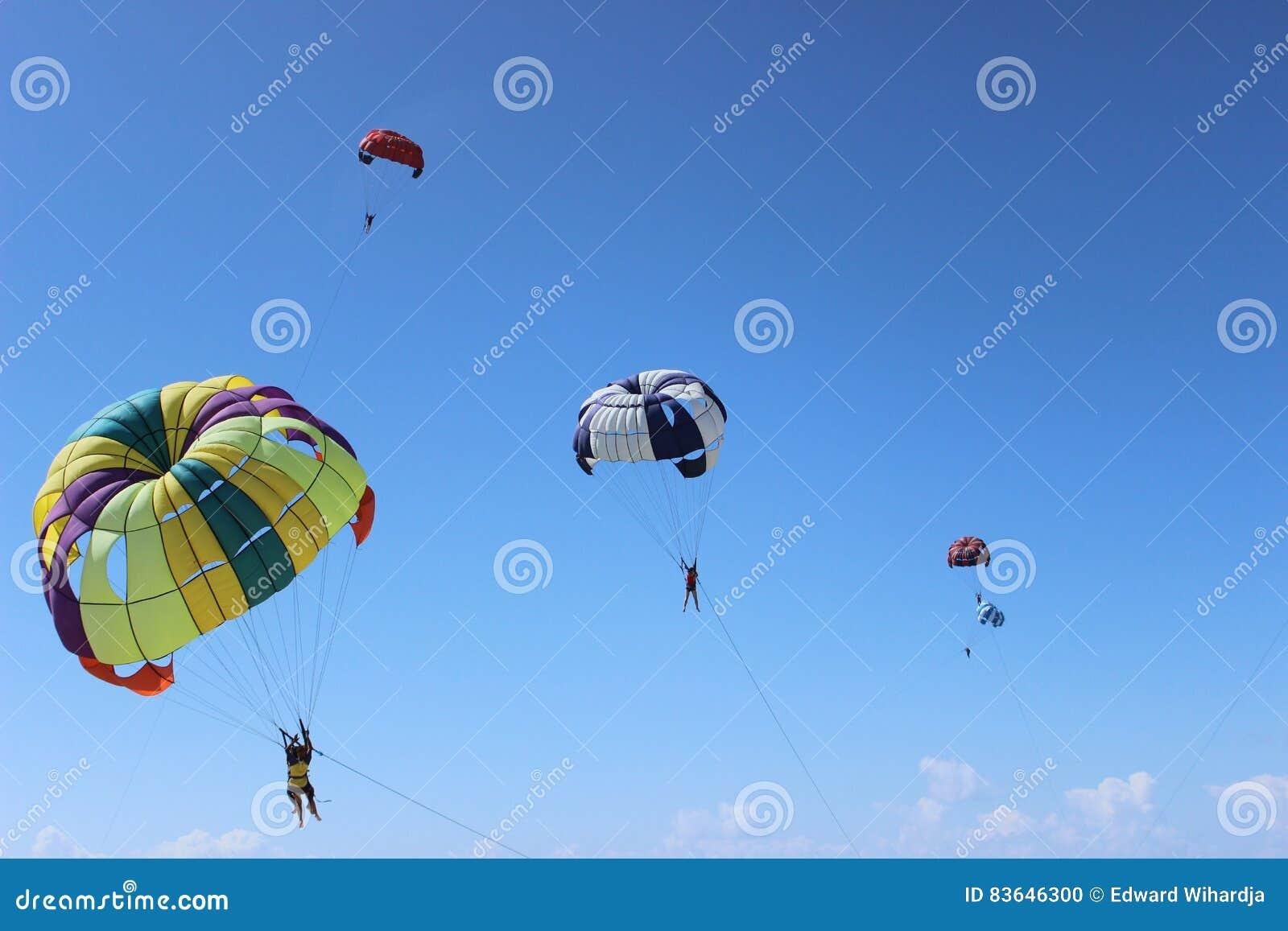 Красочная посадка парашюта на бурном небе